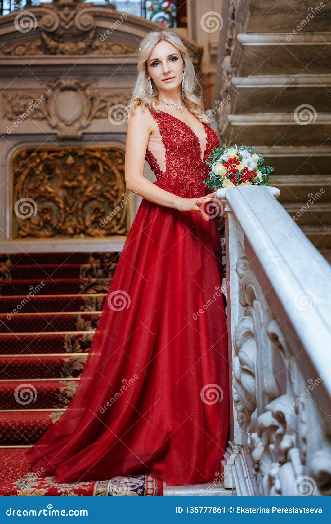 duradero en uso diseñador de moda último descuento Una Mujer Hermosa En Un Vestido Rojo Se Coloca Con Un Hombre ...