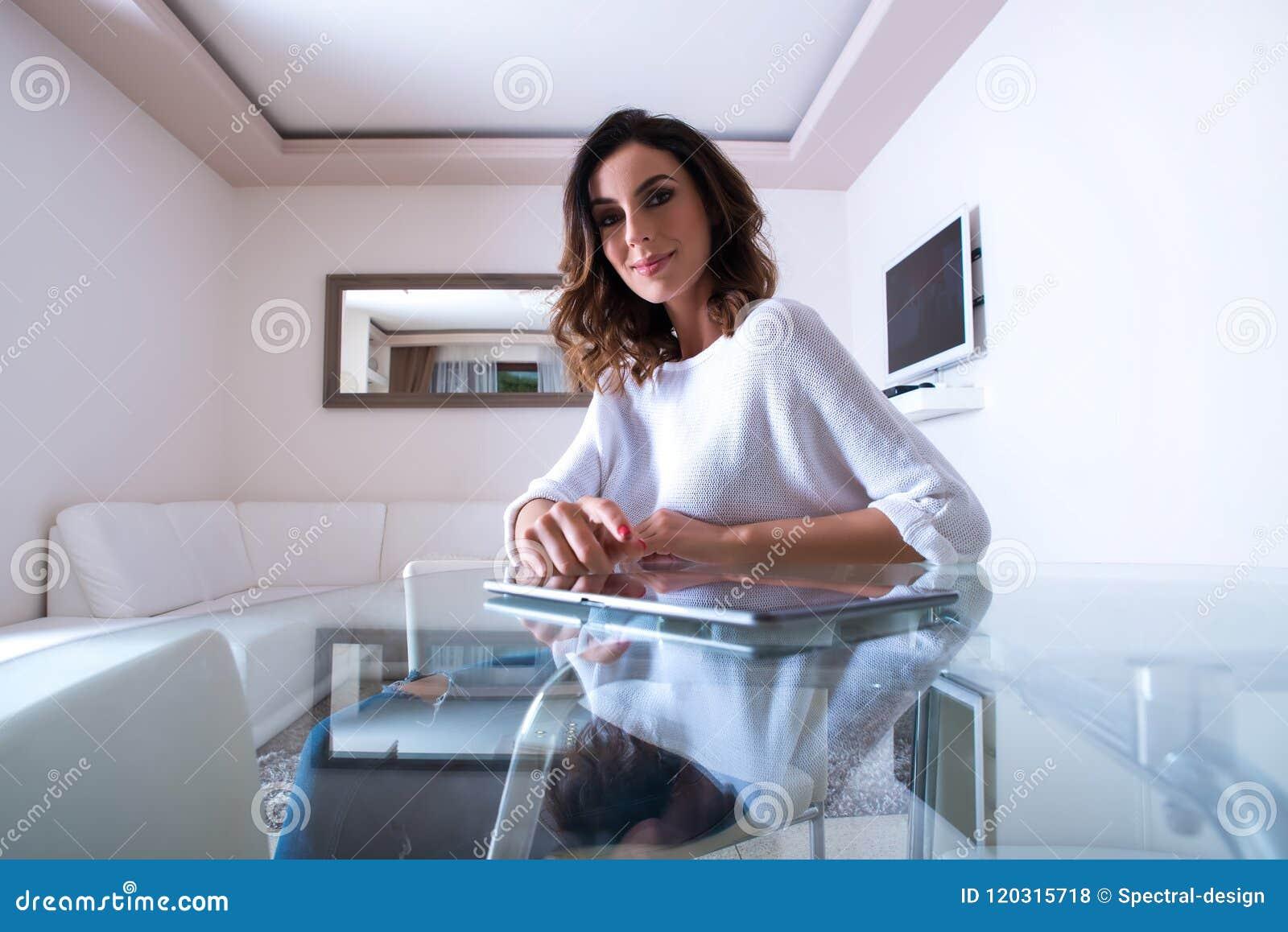 Una mujer joven hermosa en una tabla