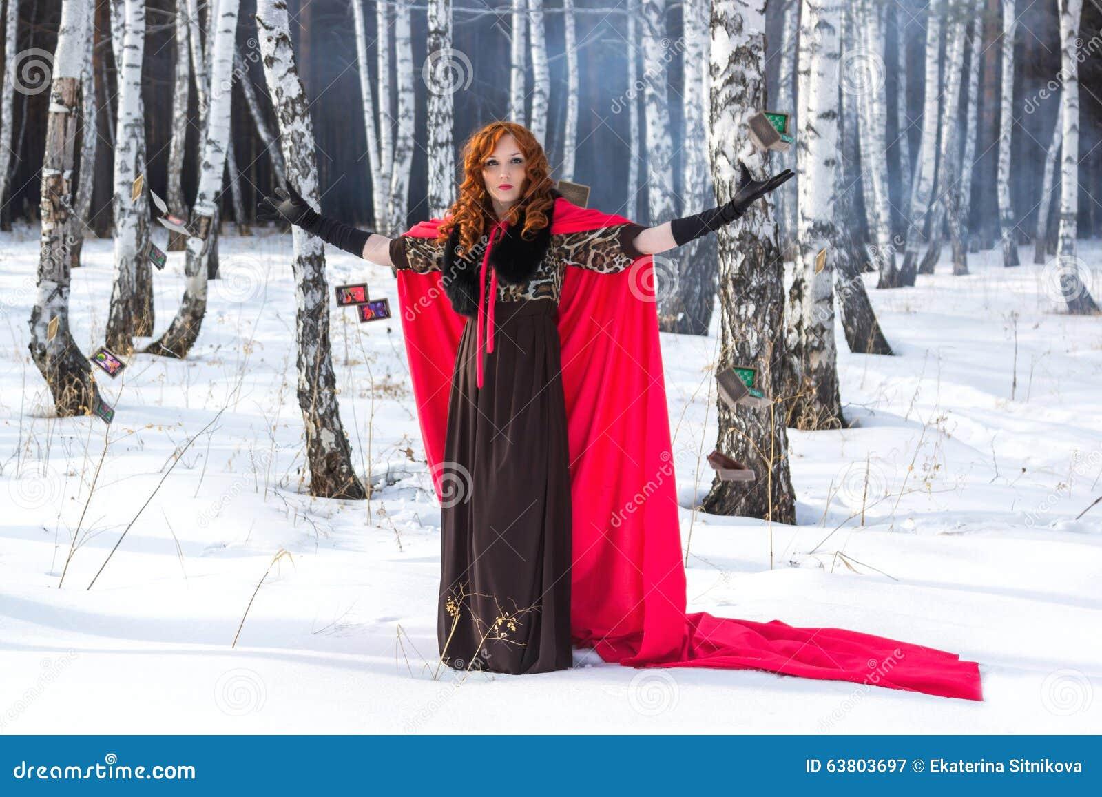Una mujer joven lanza una tarjeta