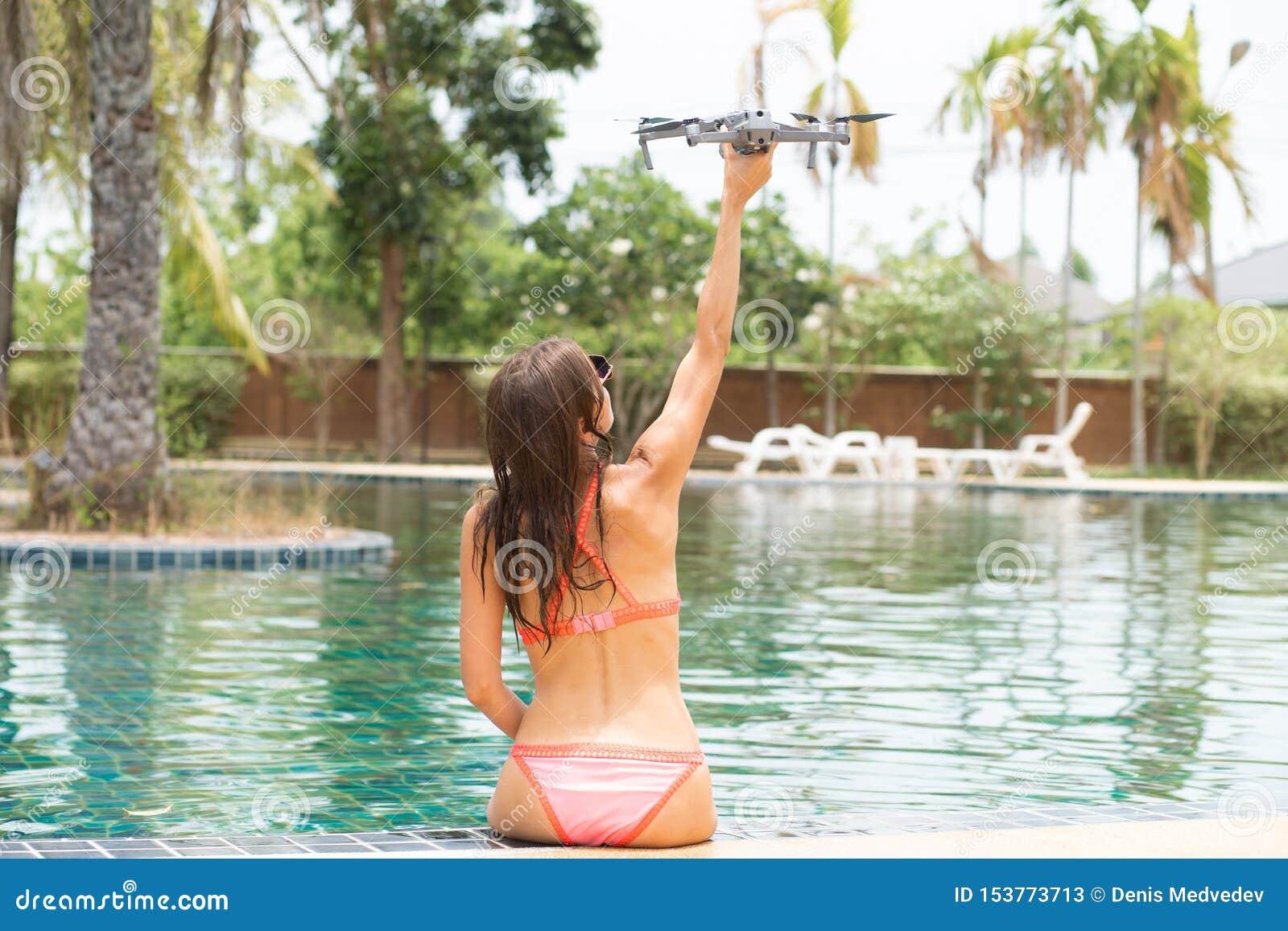 Una mujer lanza un abejón para el vuelo, con el cual usted puede tomar las fotos y la película video