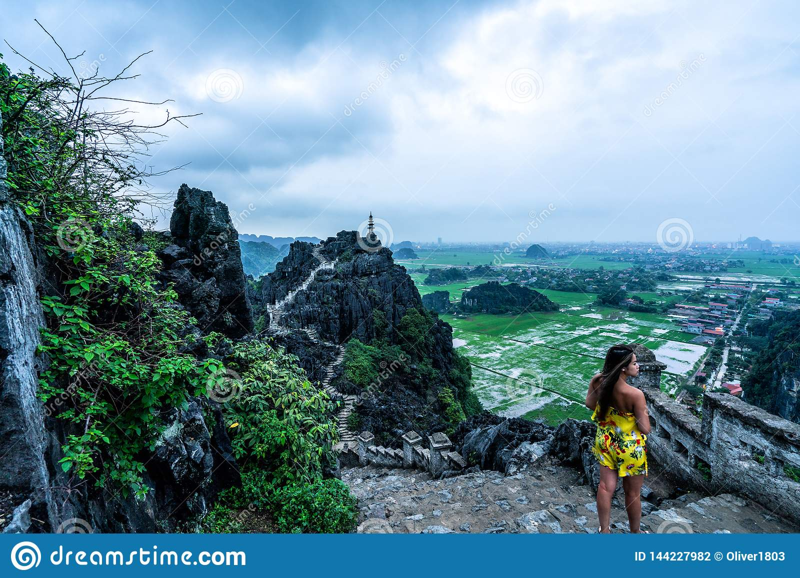 Una mujer pasa por alto las montañas de Vietnam septentrional de Hang Mua, un destino que camina popular
