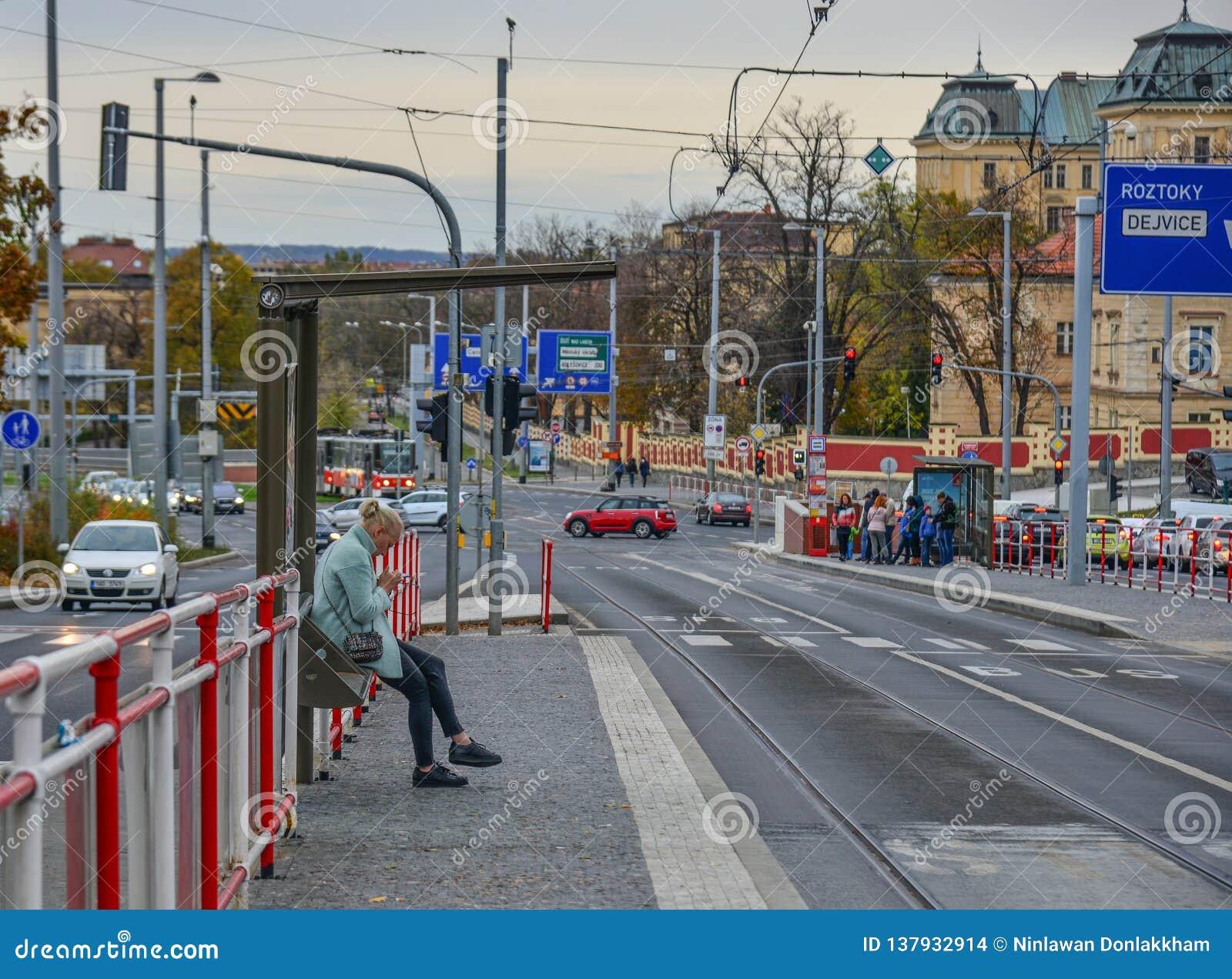 Una mujer que espera el autobús de las FO en Praga, Czechia