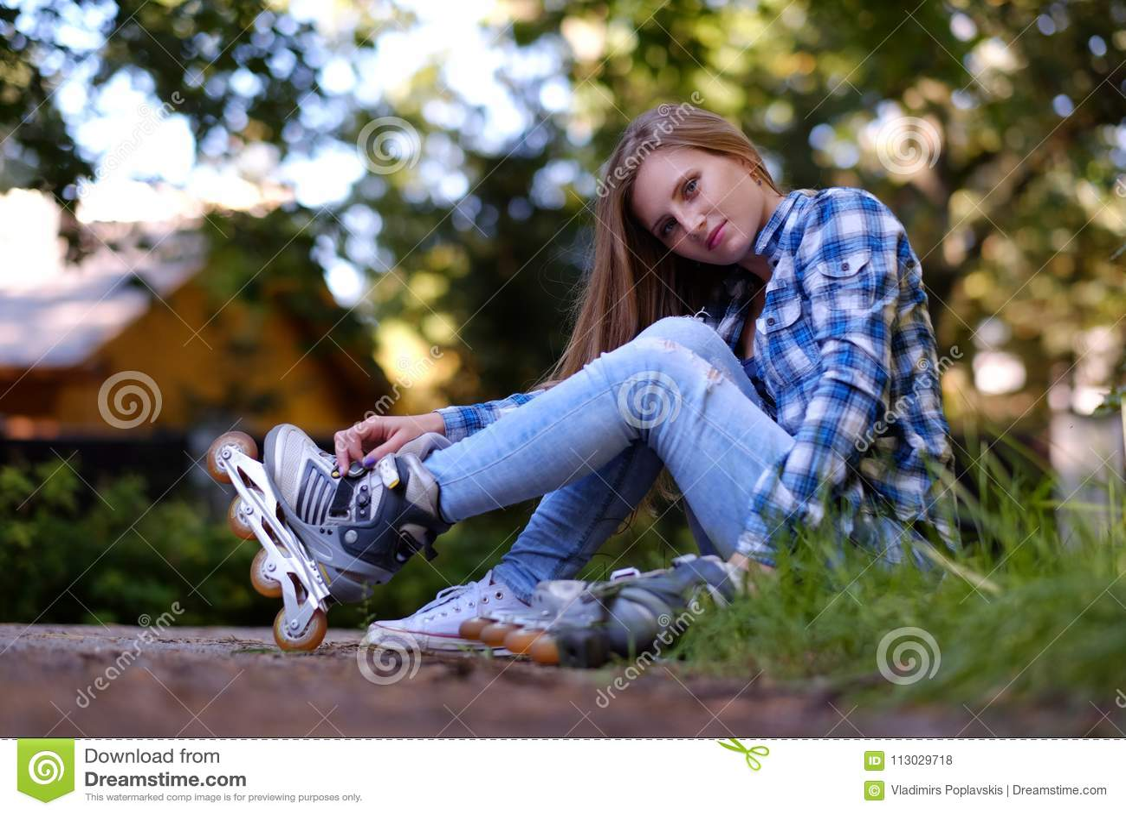 Una mujer que pone en patines en línea