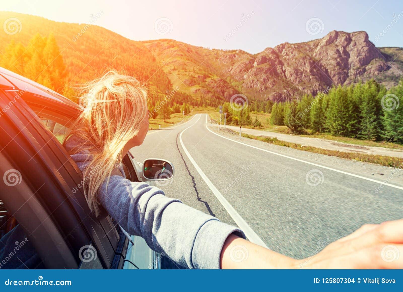 Una mujer rubia en coche