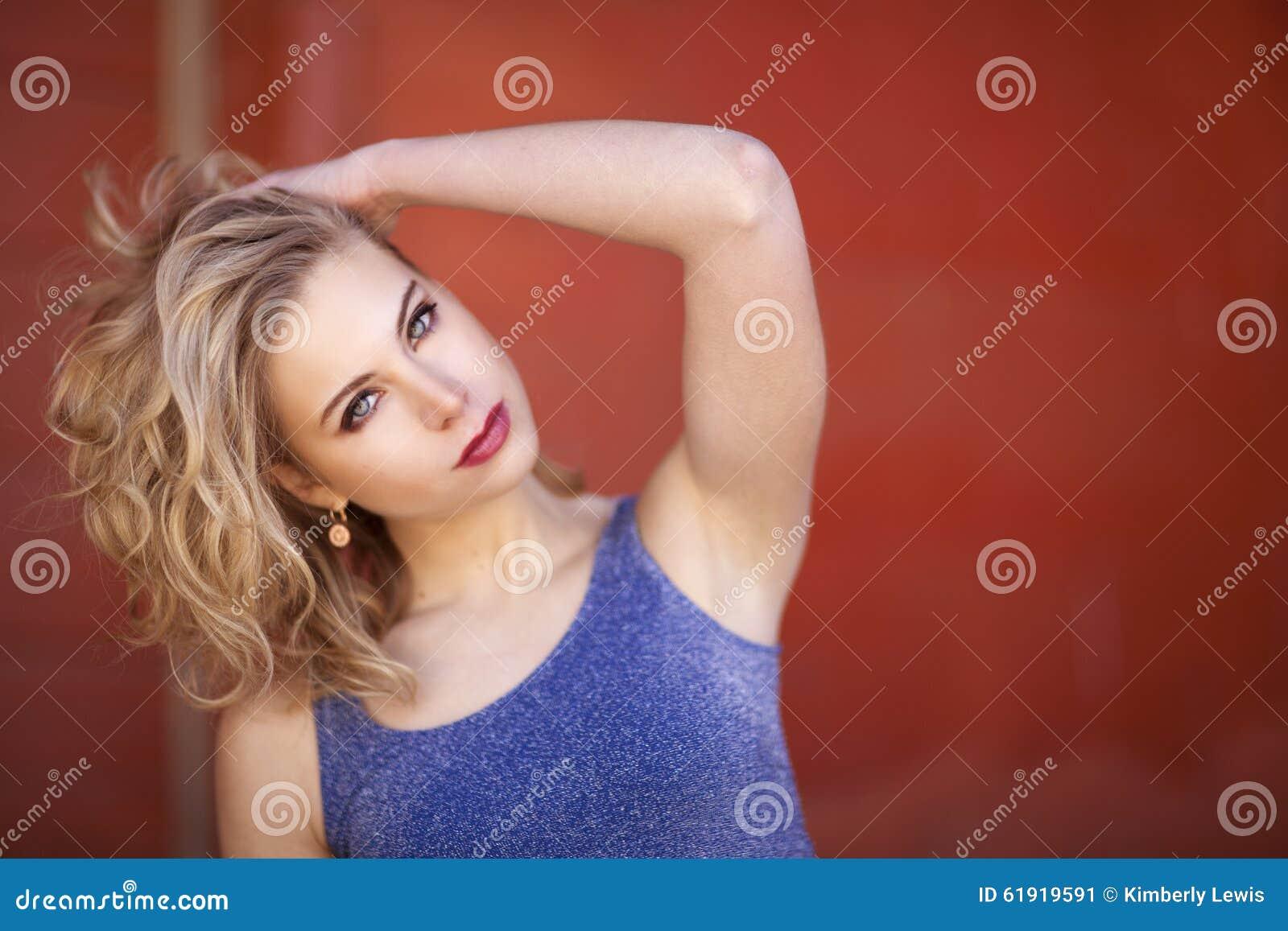 el azul hermosa rubia camisa de delante la mujer y con pared pelo rizado la  Una 5wI4vqxEx 2e5981960eee