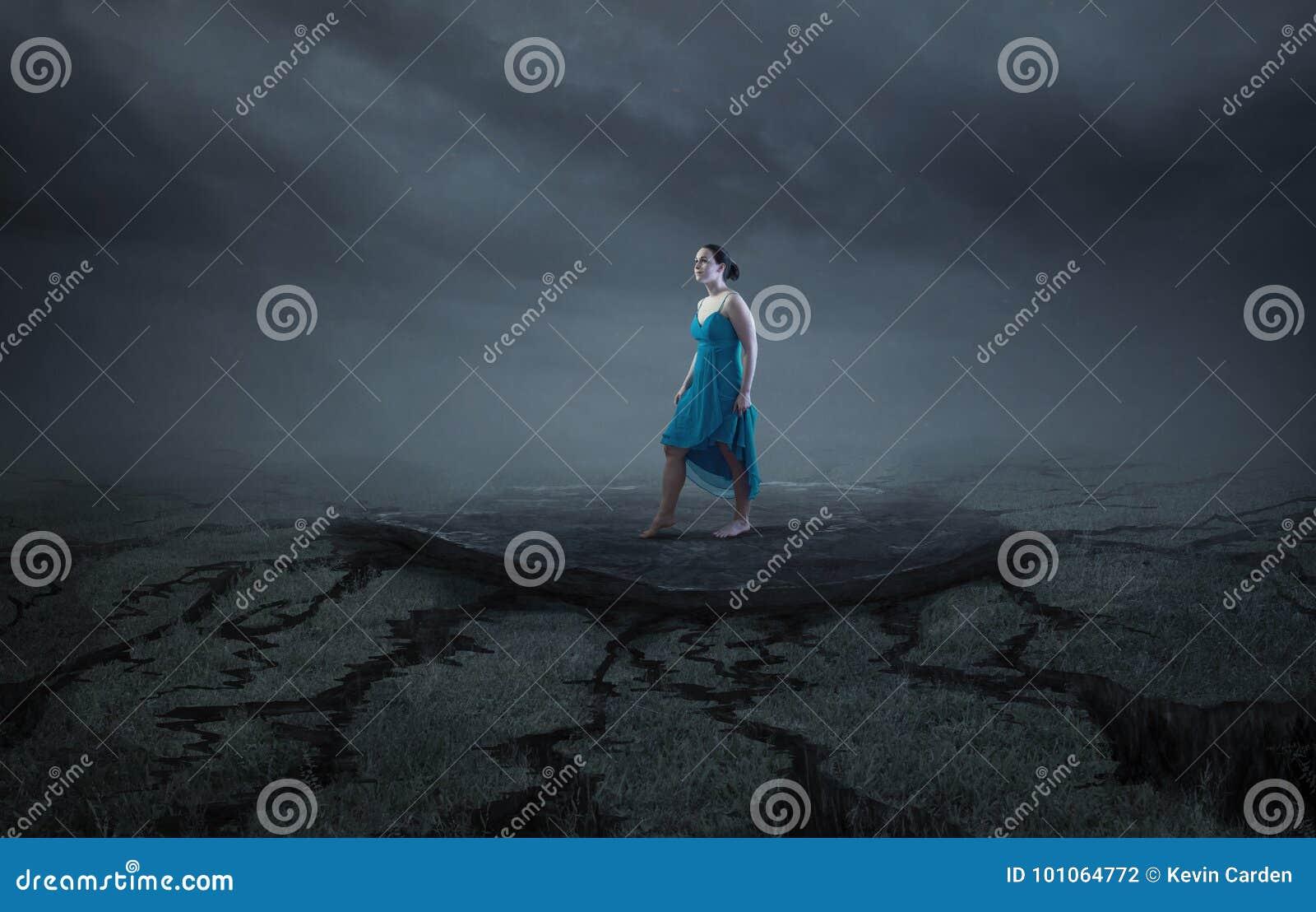 Una mujer se coloca en una roca sólida