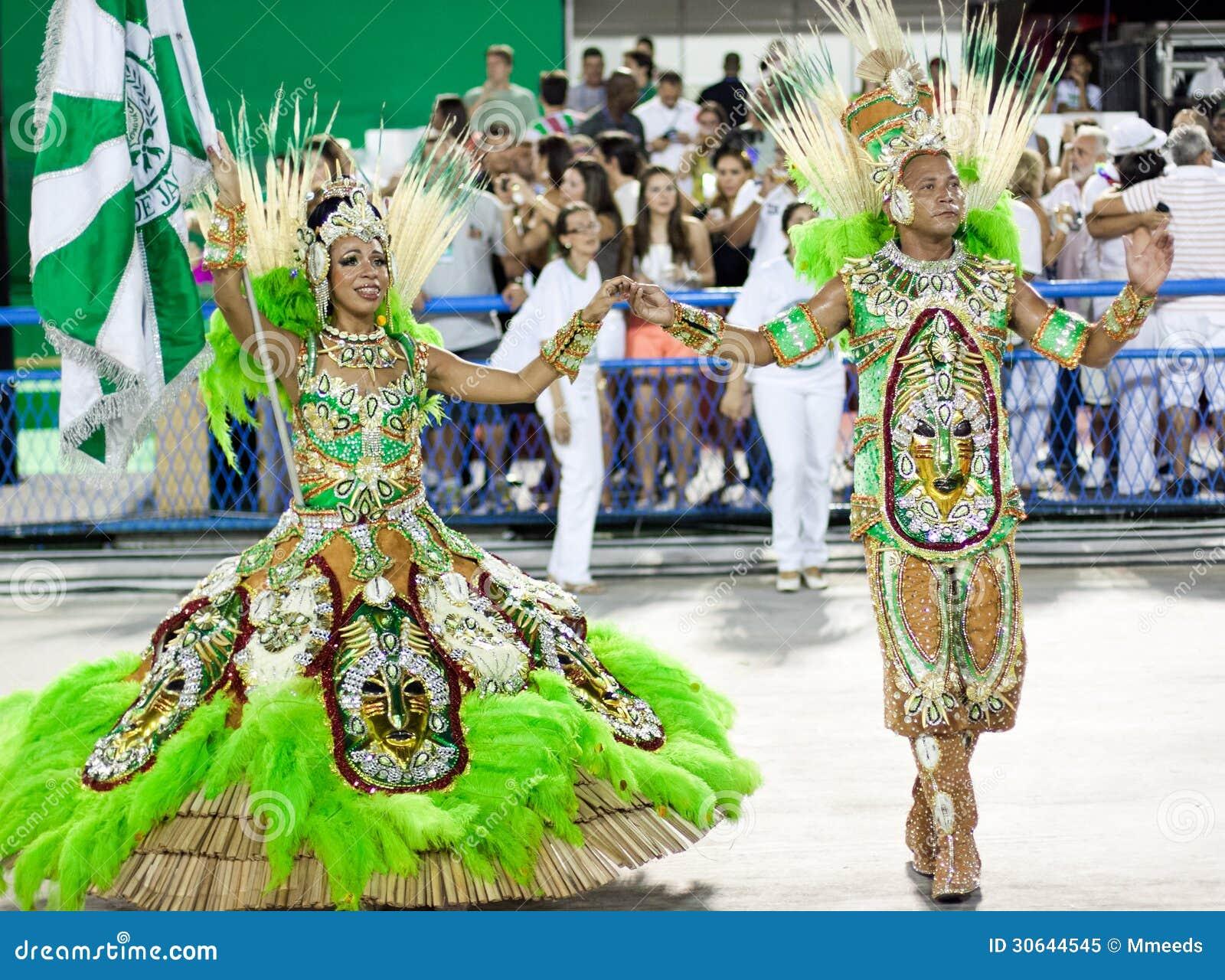 Una mujer y hombres en el baile del traje en carnaval en Sambodromo en Rio de