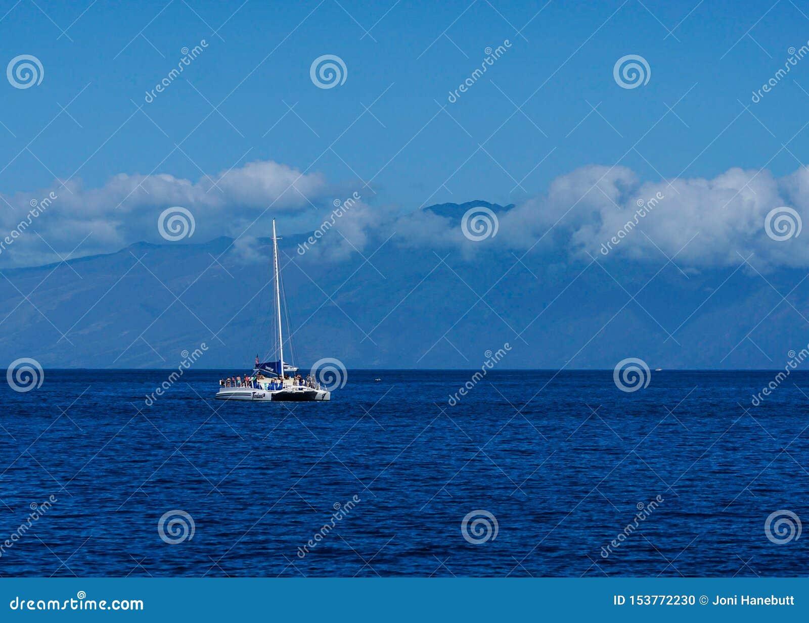 Una navegación del barco en el océano en Maui, HI