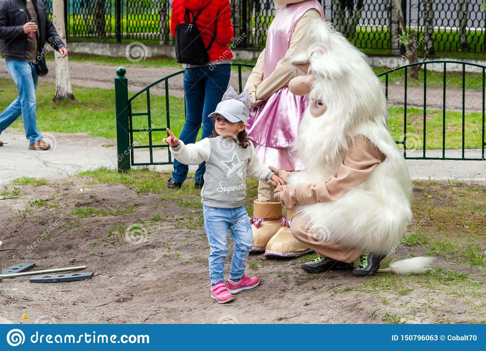 Una niña comunica con una muñeca de la estatura grande Buba el brownie
