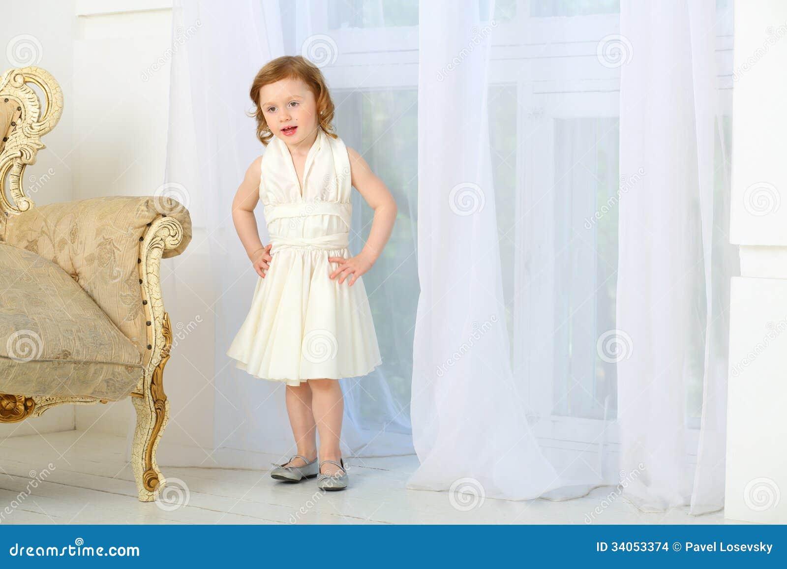 Cancion con vestido blanco