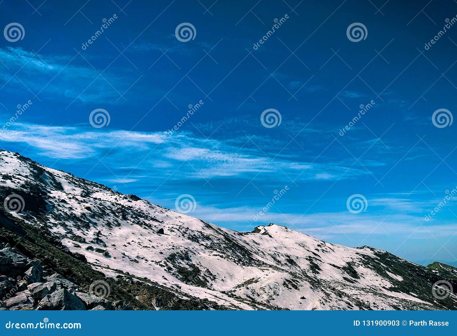 Una nieve cayó recientemente en el top de la montaña en Himalaya, la India