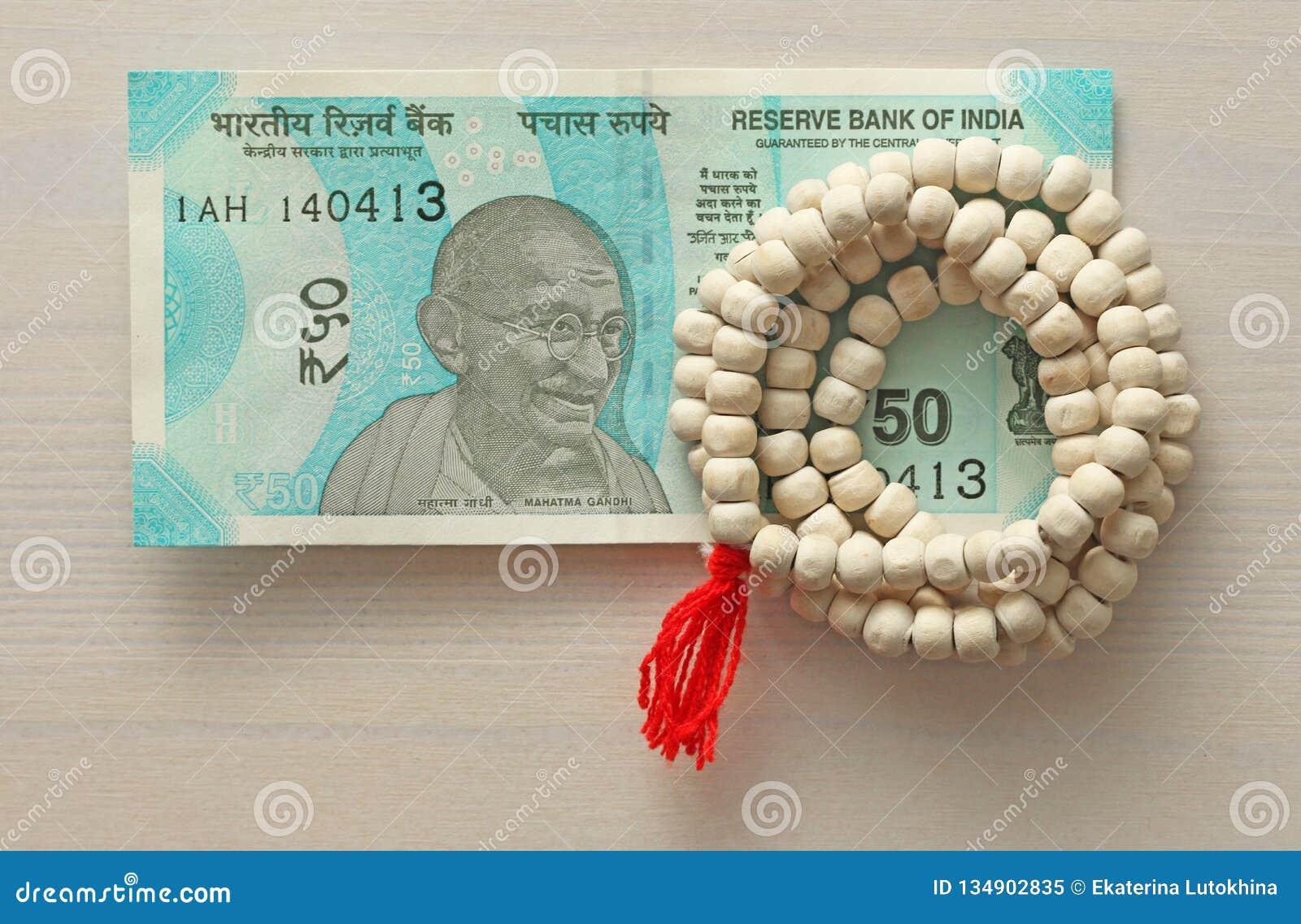 Una nuova banconota dell India con una denominazione di 50 rupie Valuta indiana Mahatma Gandhi e rosario, perle dell albero di Tu