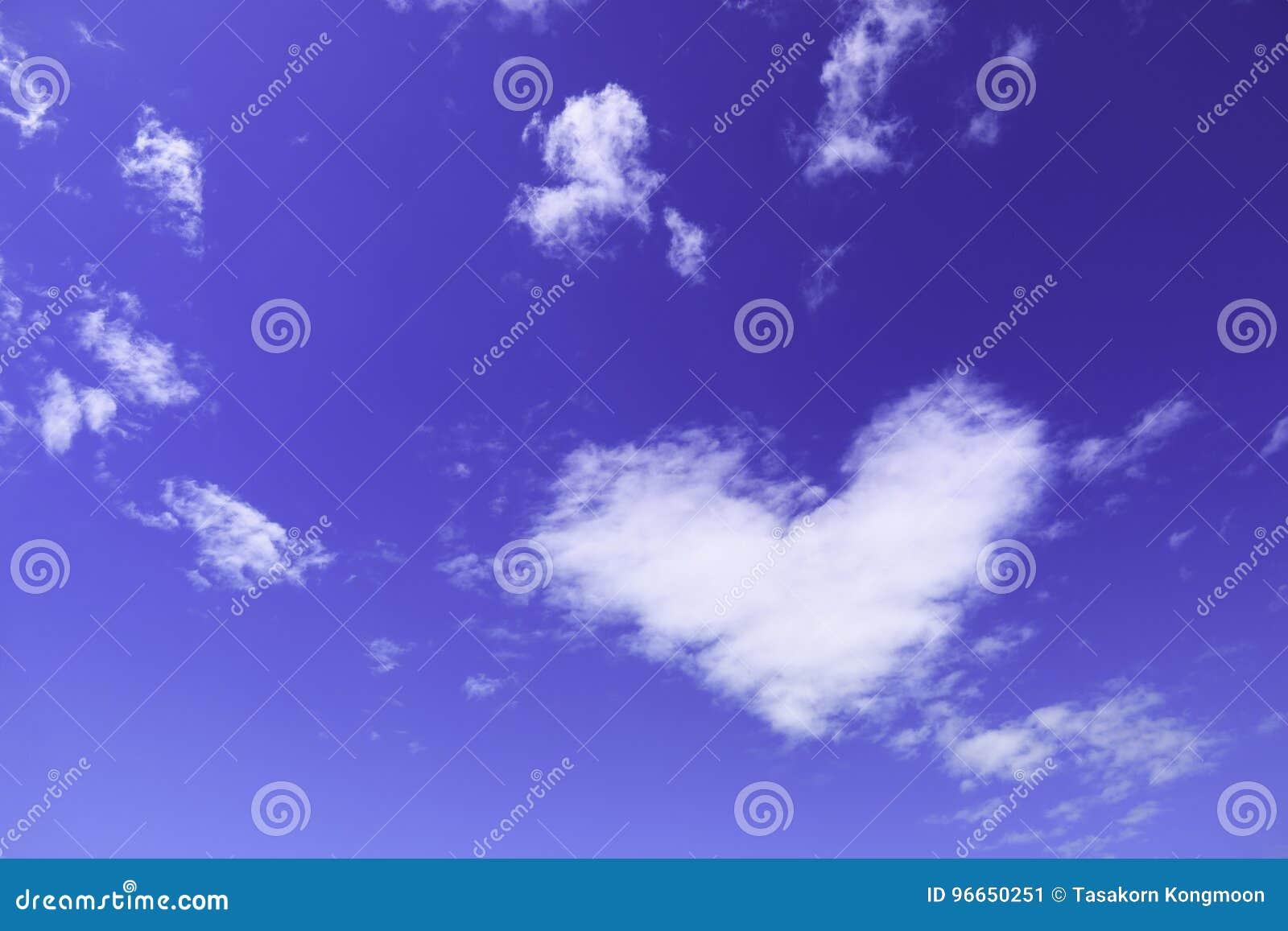 Una nuvola bianca del cuore sul cielo immagine stock - Una finestra sul cielo ...
