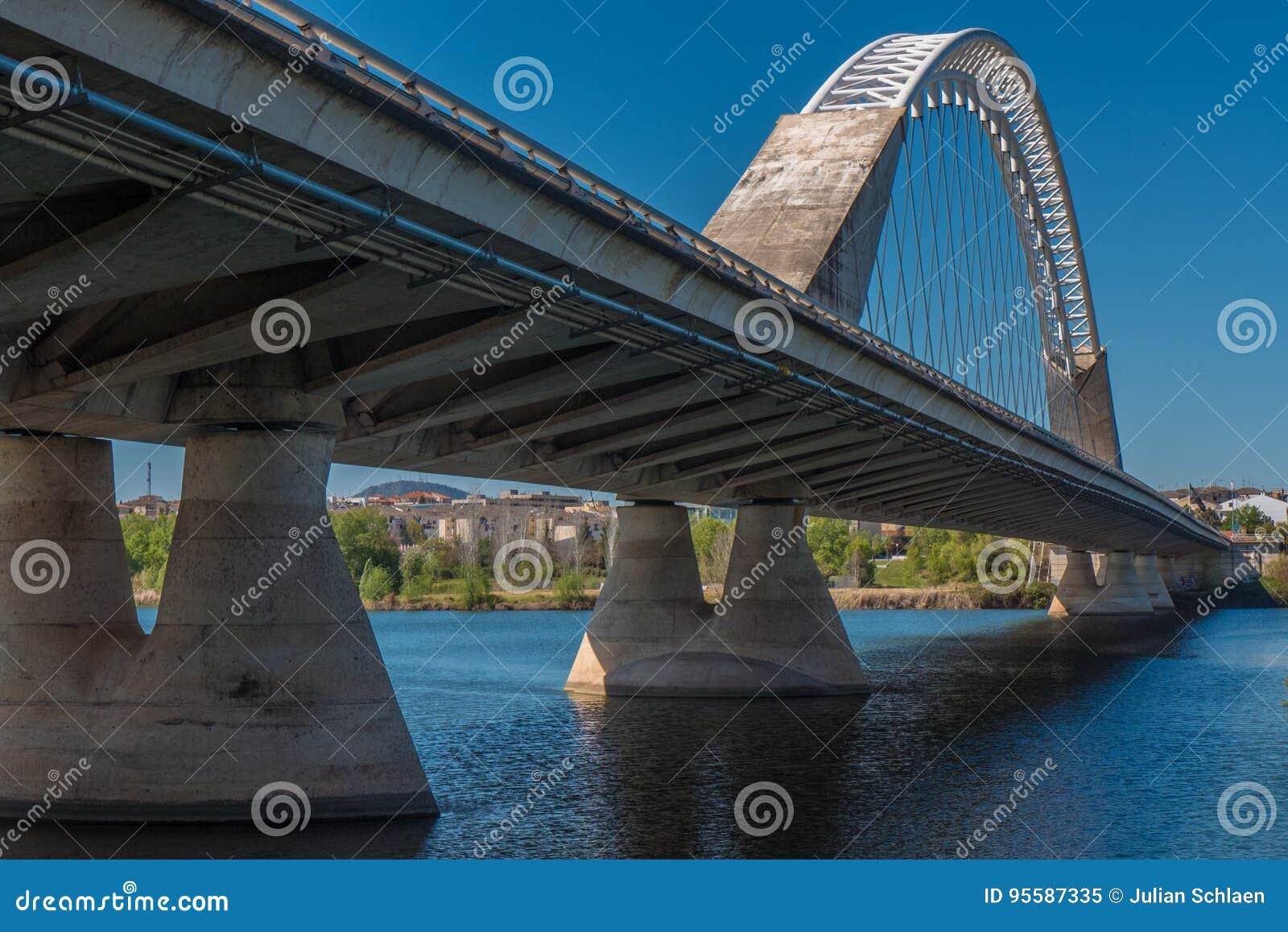 Una opinión agradable sobre la perspectiva del puente de Lusitana