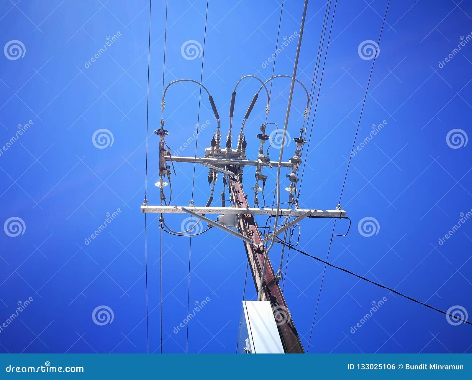 Una opinión de ángulo bajo del transformador de alto voltaje de la electricidad para enviar la generación de la energía de la lín