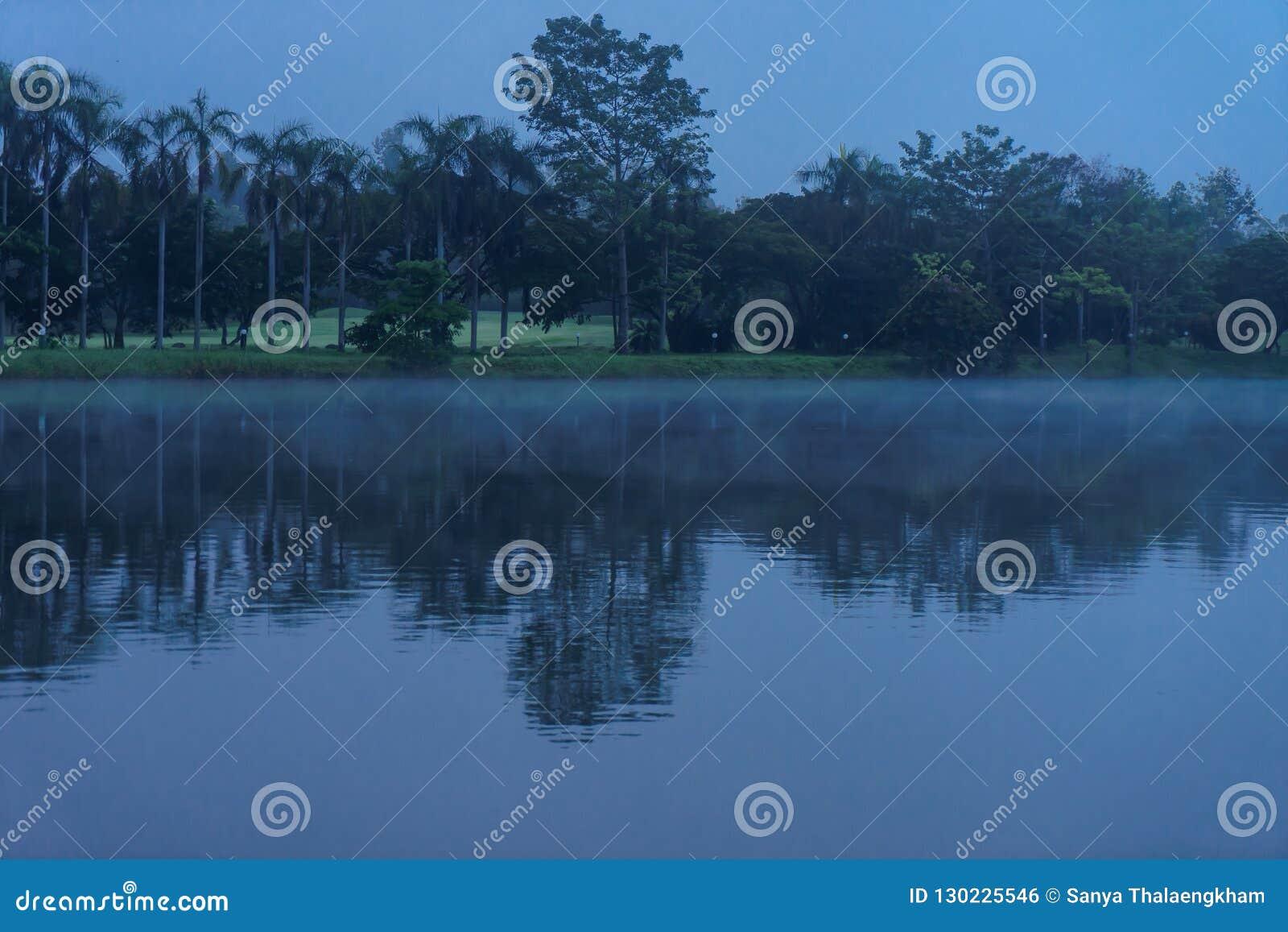 Una opinión de la madrugada del río en centro turístico en Chaingmai