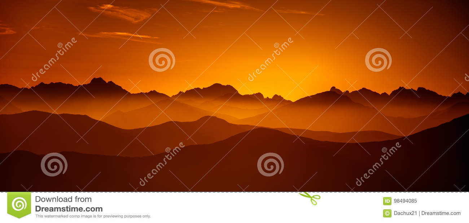 Una opinión de perspectiva hermosa sobre las montañas con una pendiente
