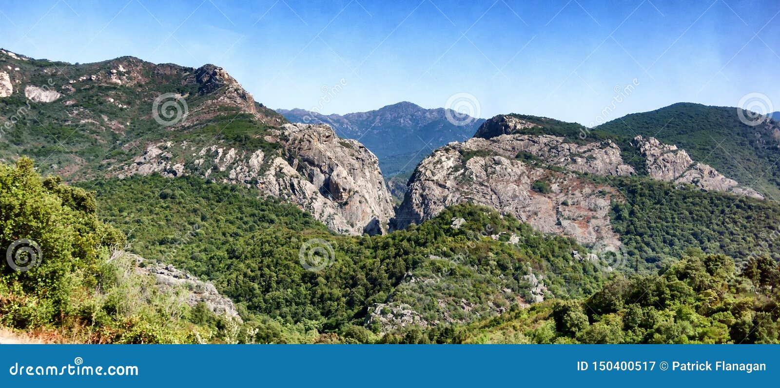 Una opinión del paisaje de montañas en Cerdeña
