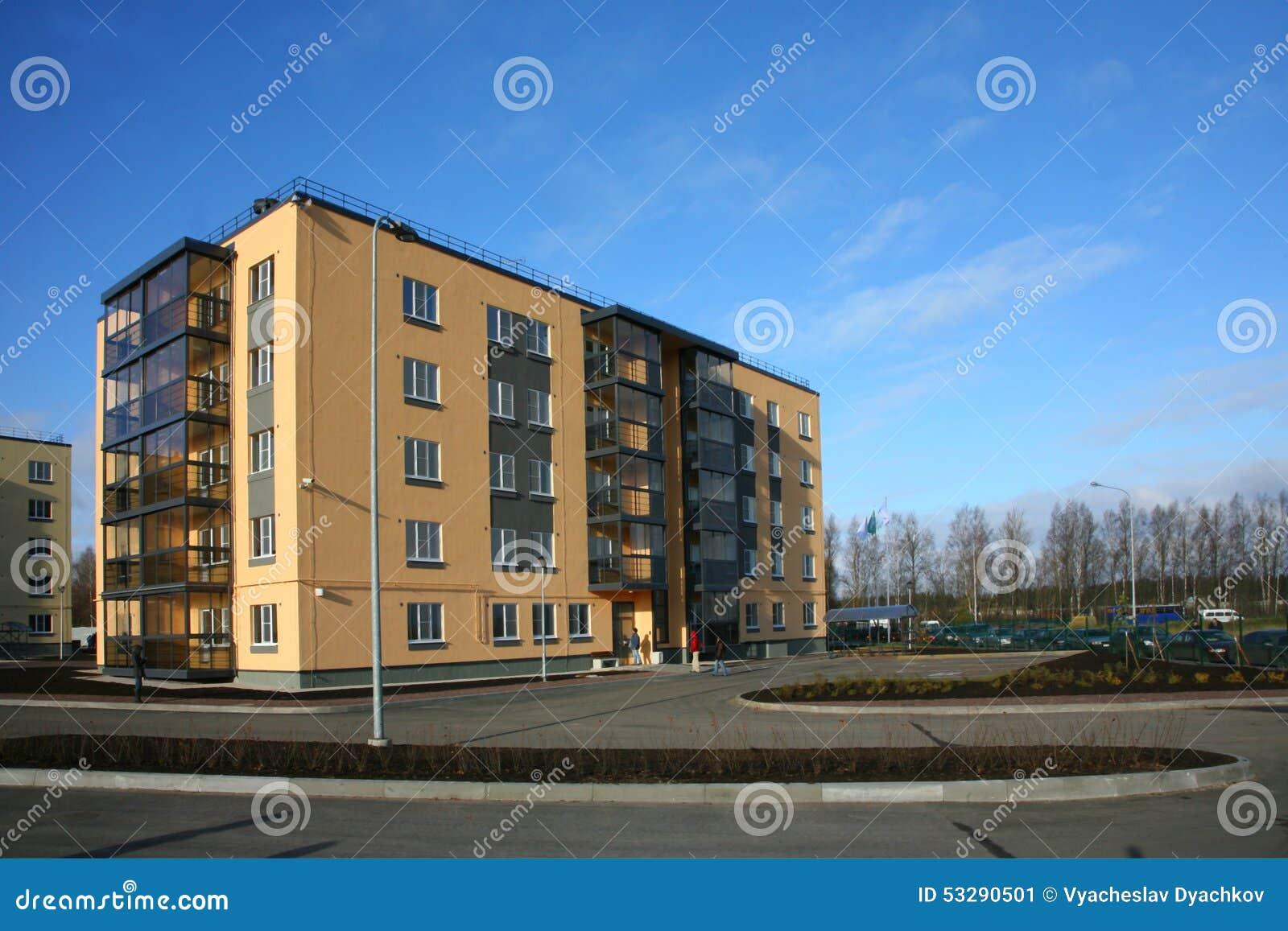 Una palazzina di appartamenti tipica della foto della casa for Piccoli piani di costruzione della casa