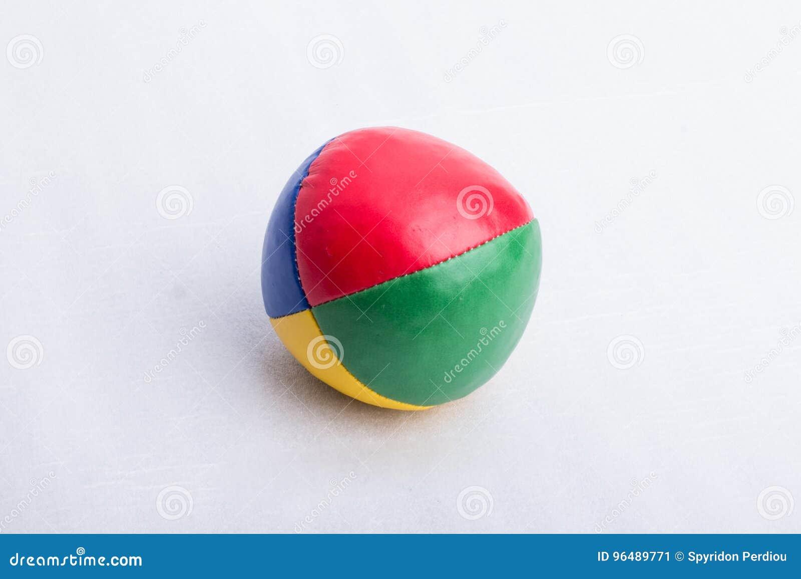 Una palla da giocoliere, su una superficie bianca