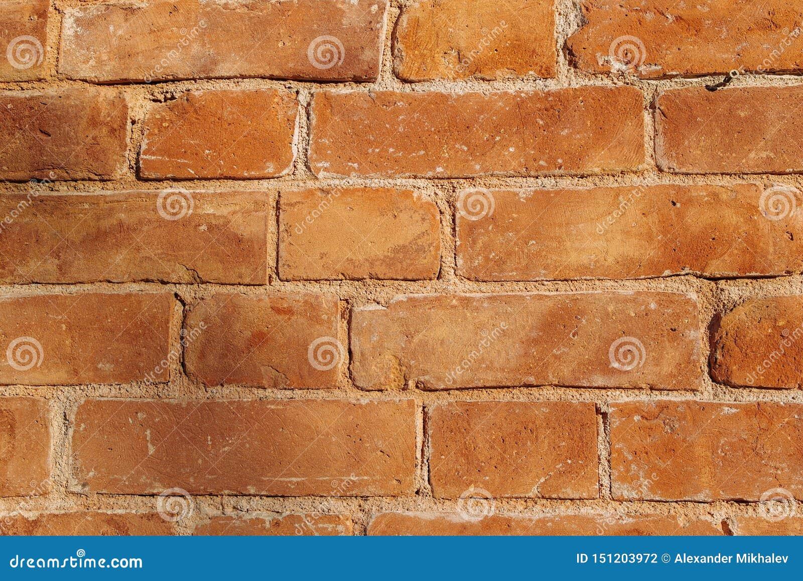 Una pared de ladrillo marrón al aire libre