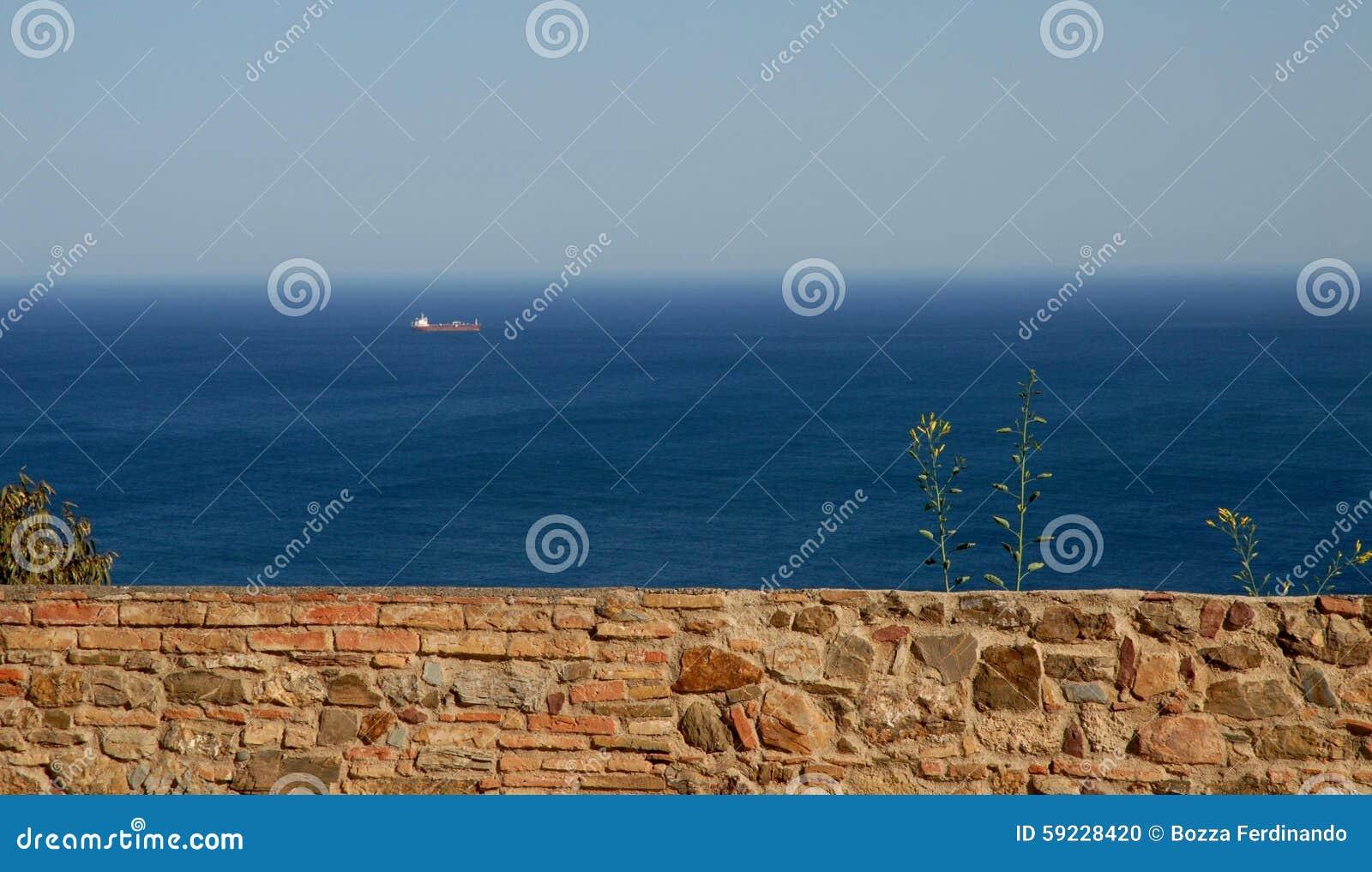 Una pared, el mar, el cielo y una nave cerca de Málaga en España