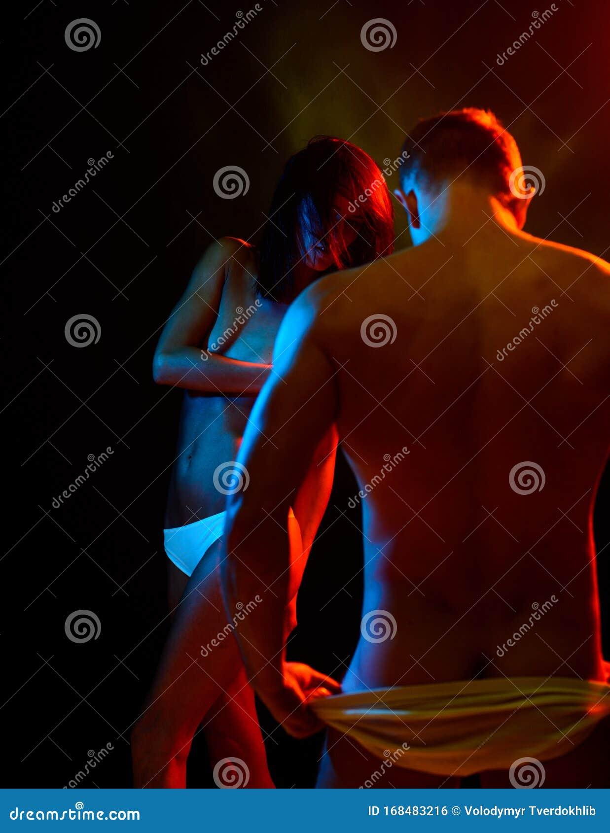 Una Pareja Sexy Desnuda En El Juego De Amor Con Luces Coloridas El Deseo Sexual Y El Concepto De Amor Fotografía De Arte De Moda Foto De Archivo Imagen De Piel