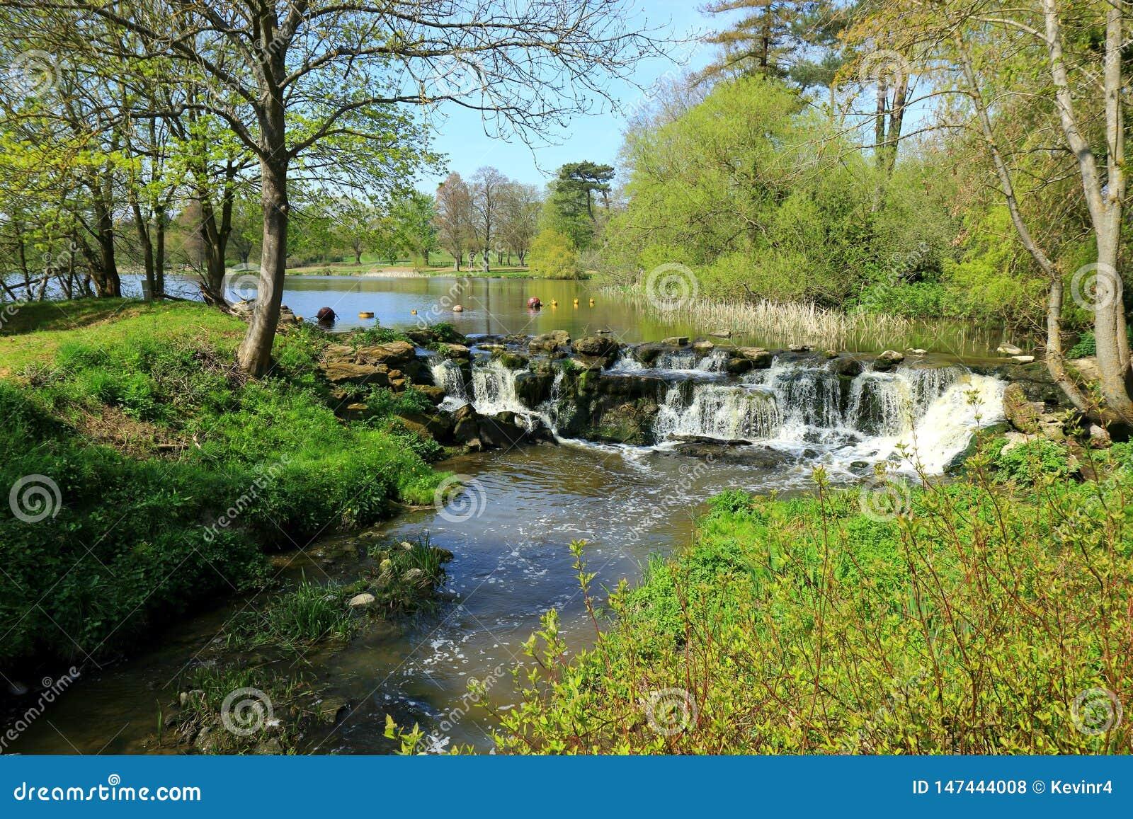 Una pequeña cascada que fluye de un lago en Kent