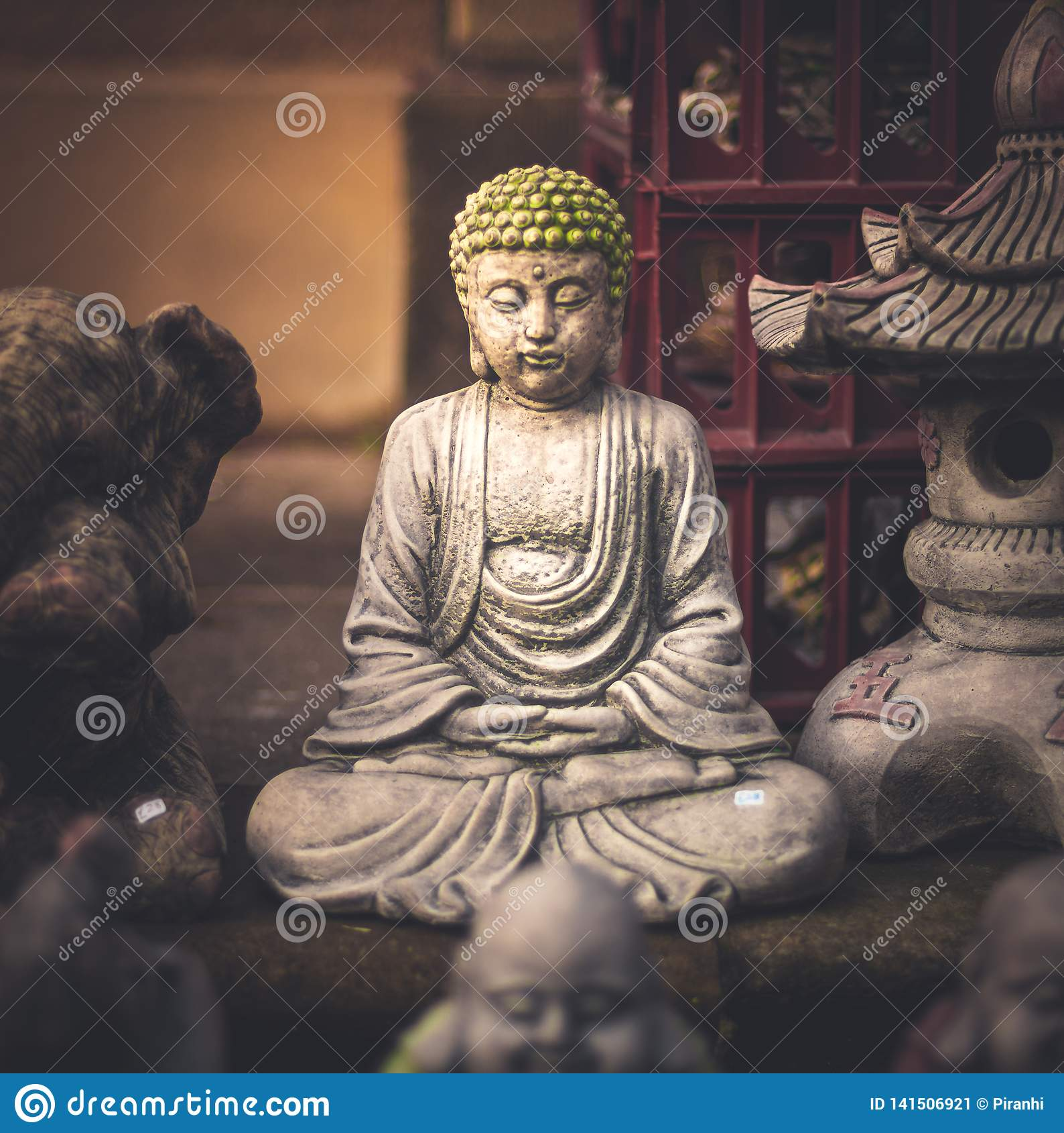 Una pequeña pequeña estatua de Buda ocultada lejos en un mercado