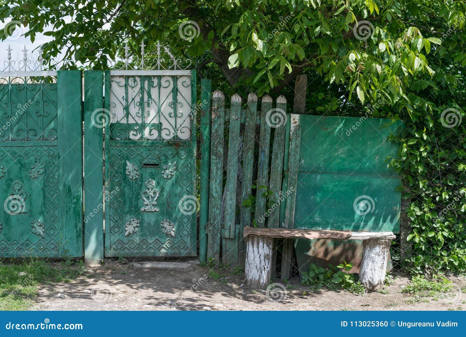 Una pequeña puerta como entrada en una yarda en Tocuz, el Moldavia