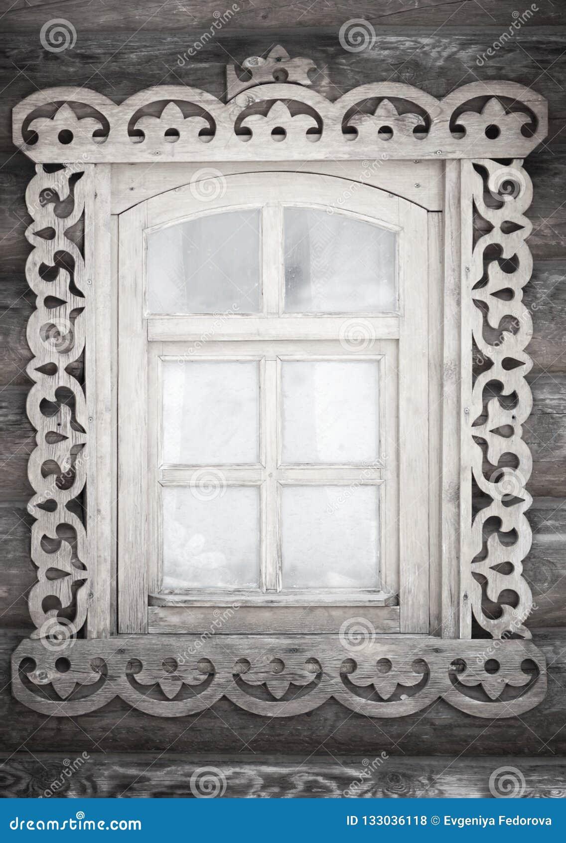 Una pequeña ventana rústica antigua