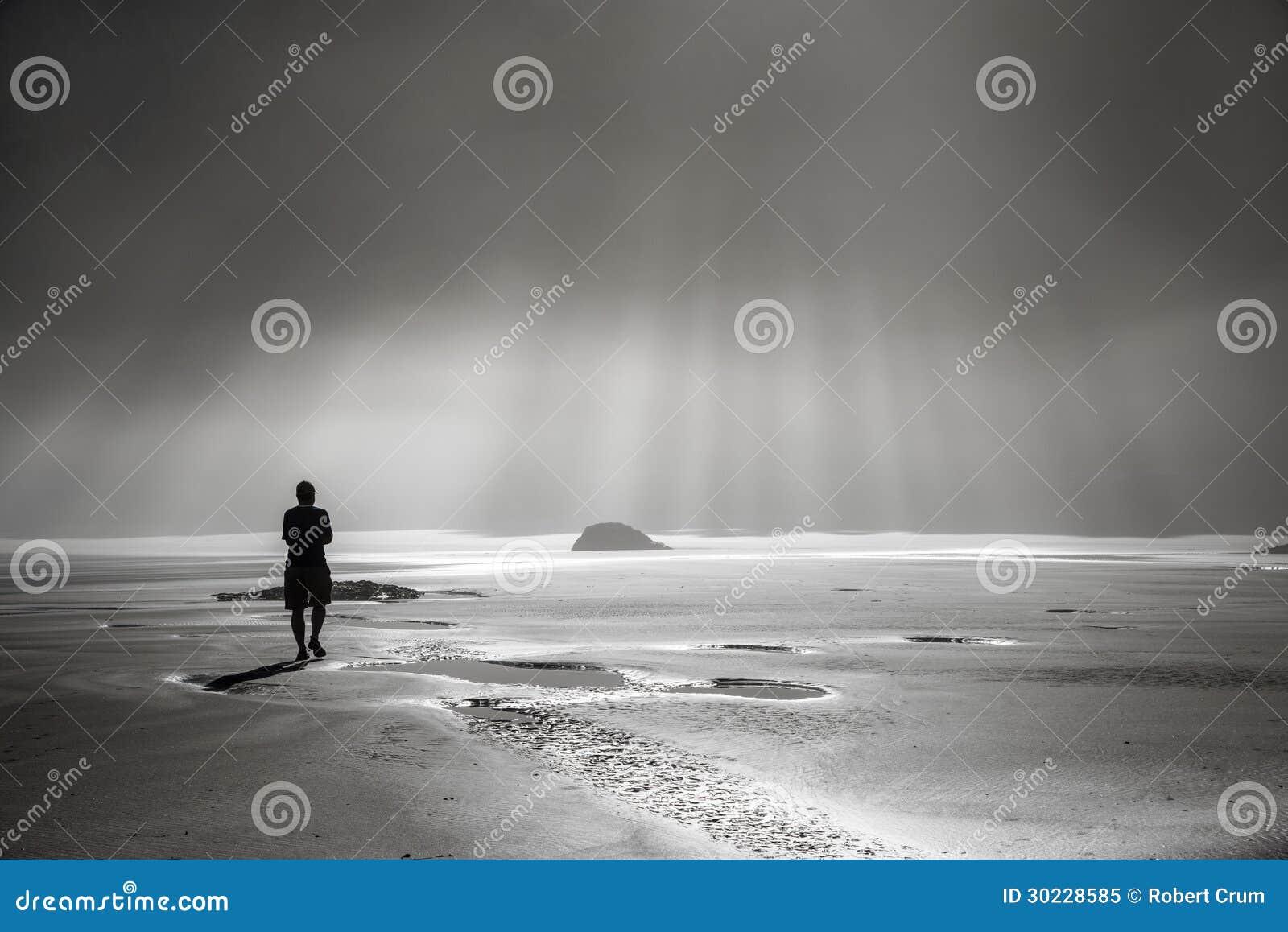 Persona que camina hacia rayos de sol