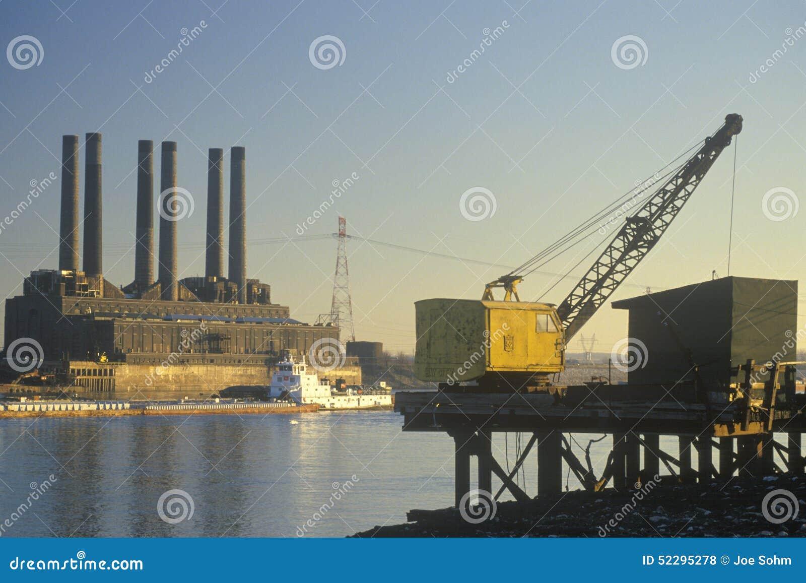 Una pianta e un grano pratici barge sul fiume Mississippi a St. Louis orientale, Missouri