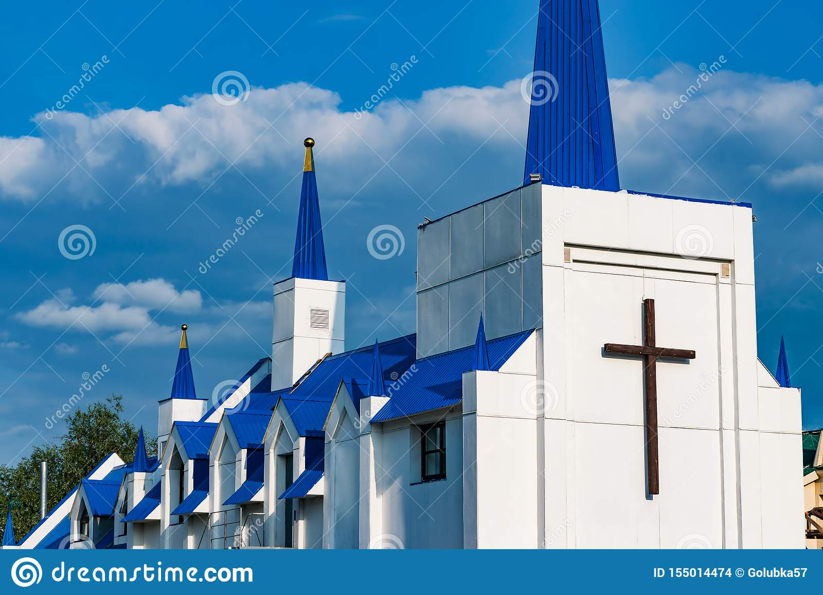 Una piccola moschea musulmana bianca e blu moderna nella città contro un cielo blu