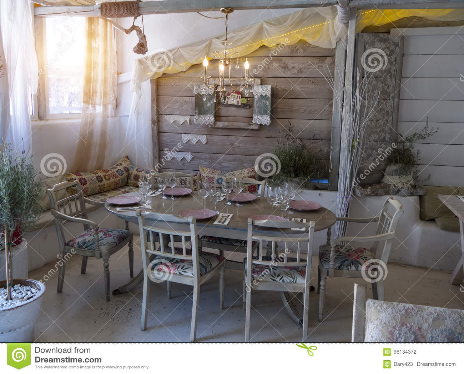 Una Piccola Sala Da Pranzo In Una Casa Rustica Fotografia Stock