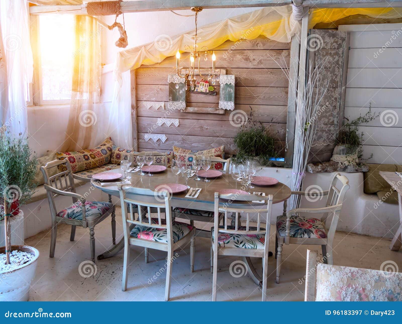 Piccola Sala Da Pranzo : Una piccola sala da pranzo in una casa rustica immagine stock