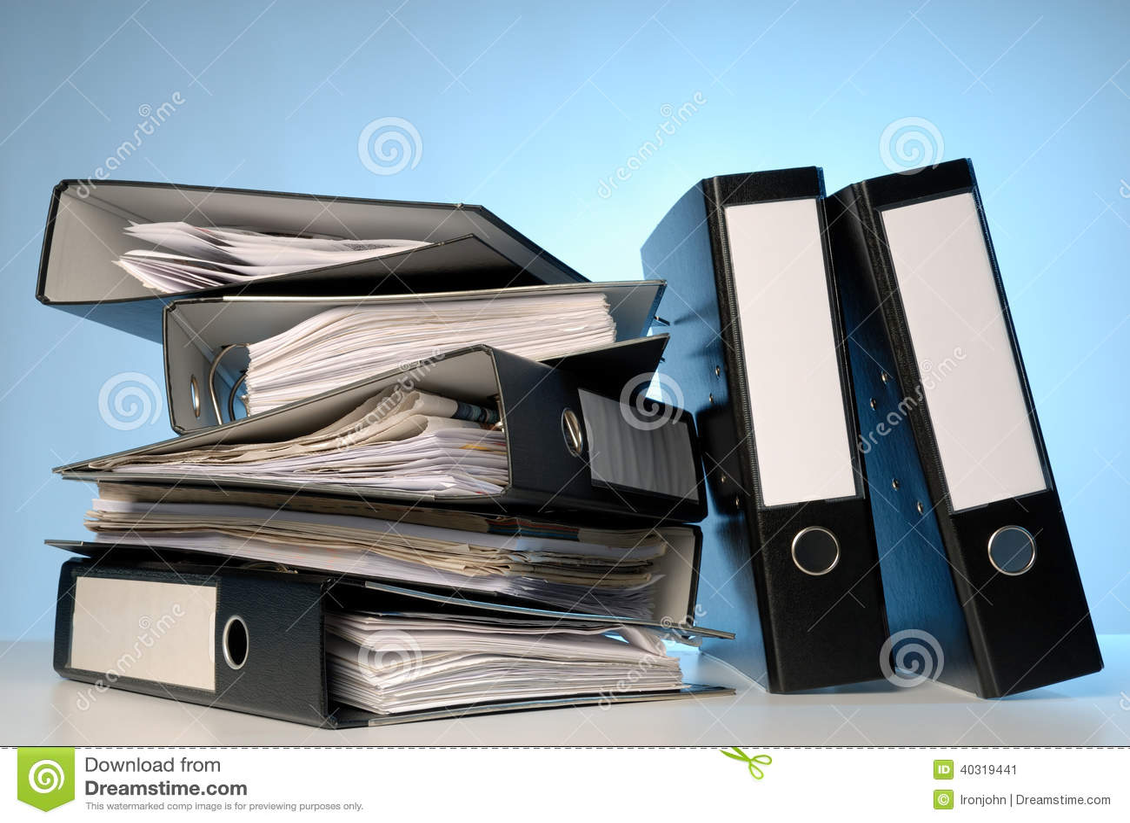 Una pila de carpetas de archivos