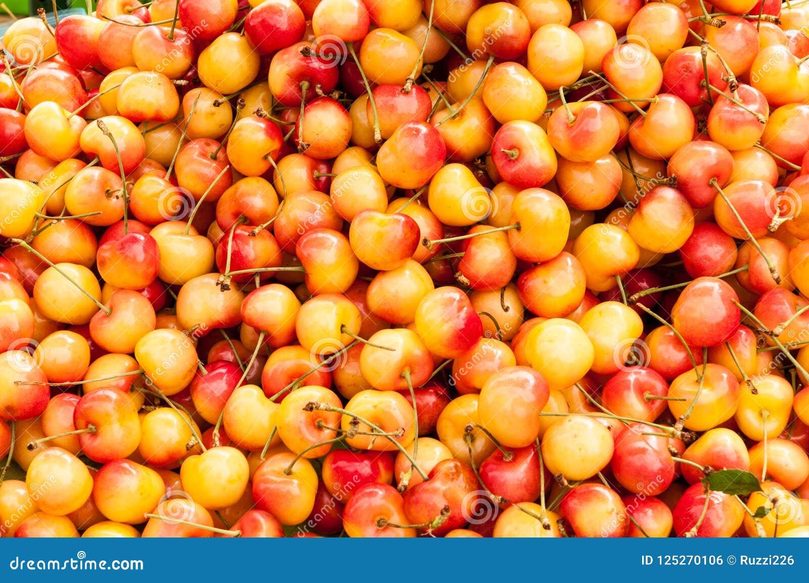 Una pila de cerezas más lluviosas