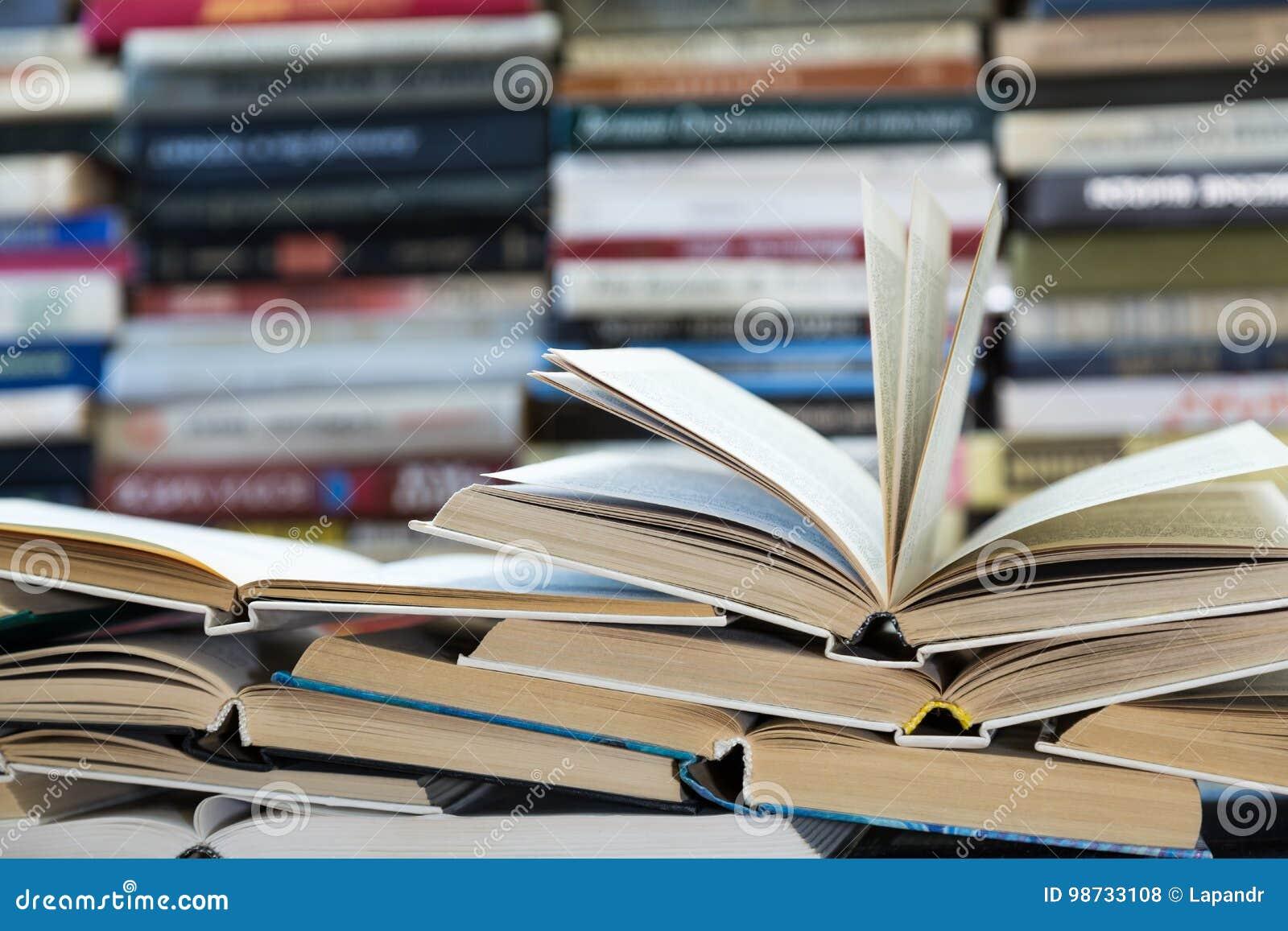 Una pila de libros con las cubiertas coloridas La biblioteca o la librería Libros o libros de texto Educación y lectura