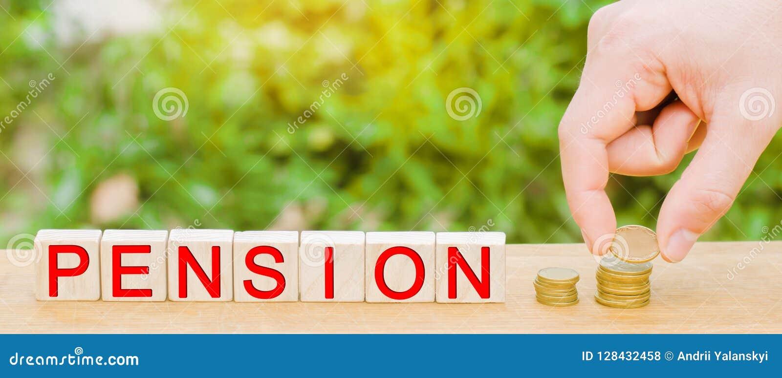 Una pila de monedas, de bloques de madera y del ` de la pensión del ` de la inscripción dinero del ahorro, seguro de la anualidad
