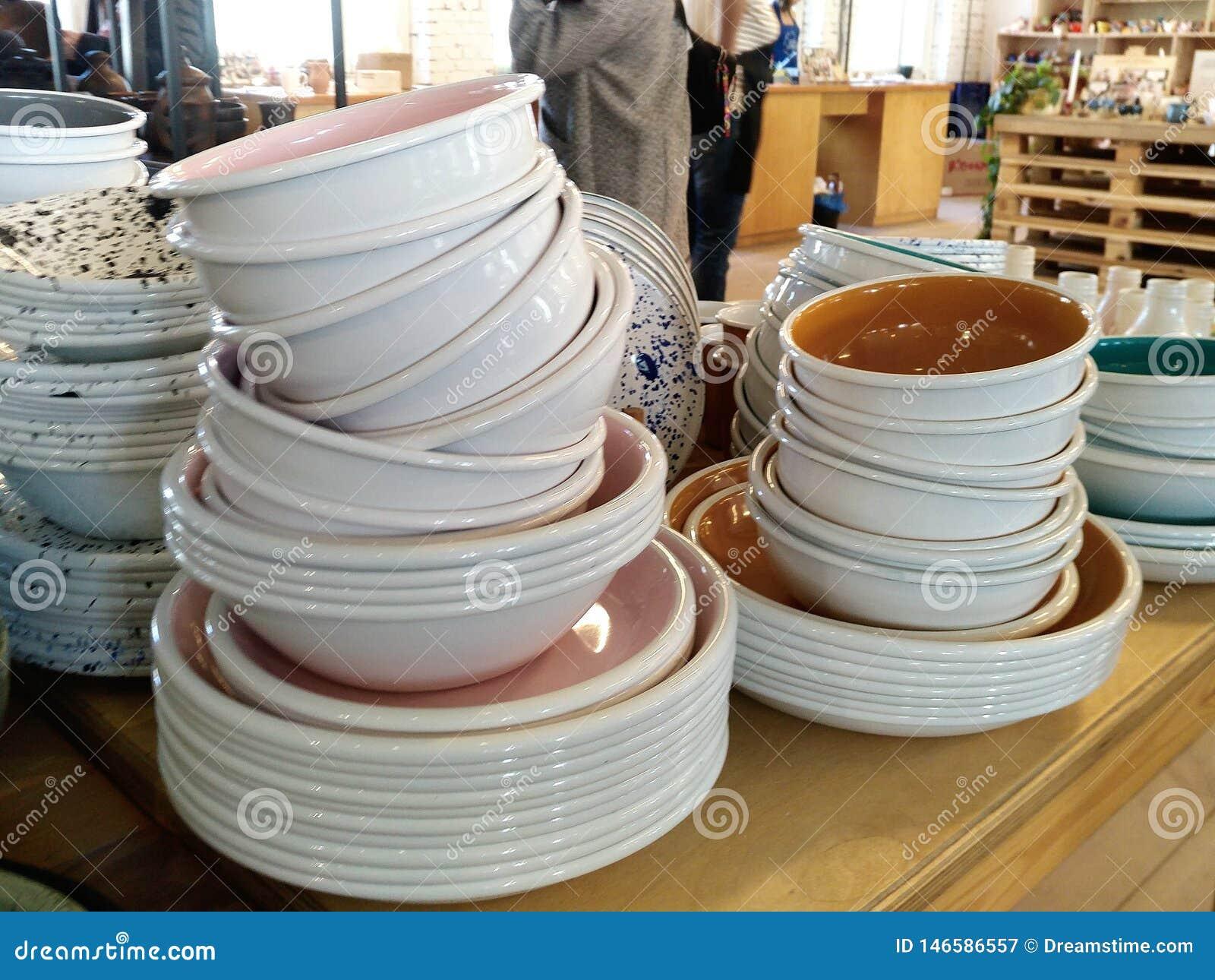 Una pila di supporti delle ciotole e dei piatti sul contatore