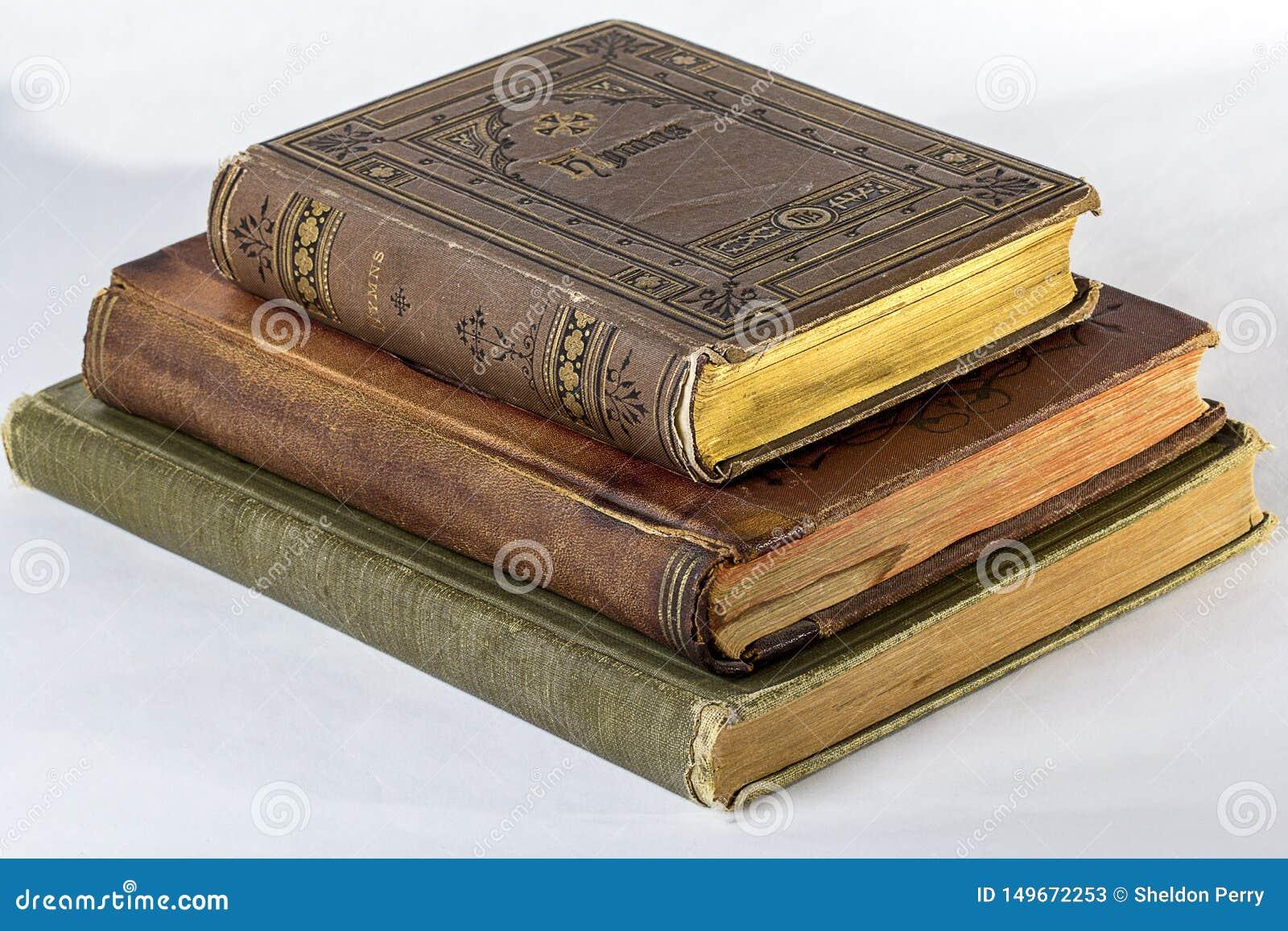 Una pila di tre libri antichi