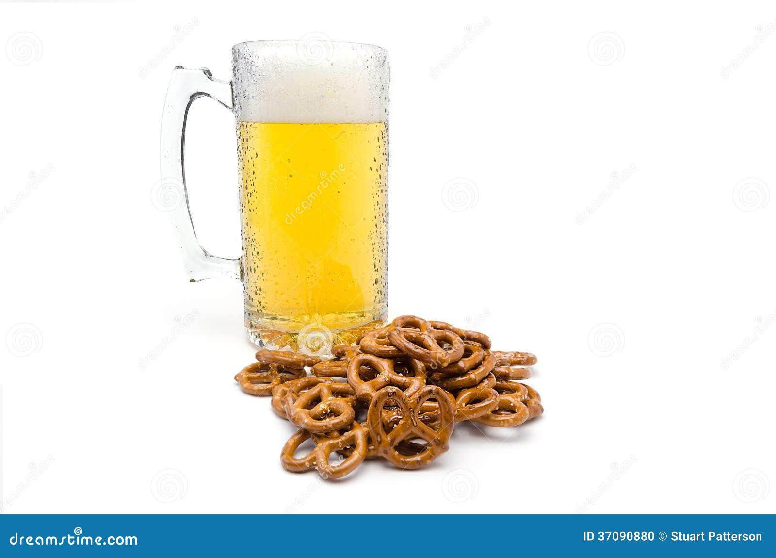 Una pinta de cerveza y de pretzeles salados