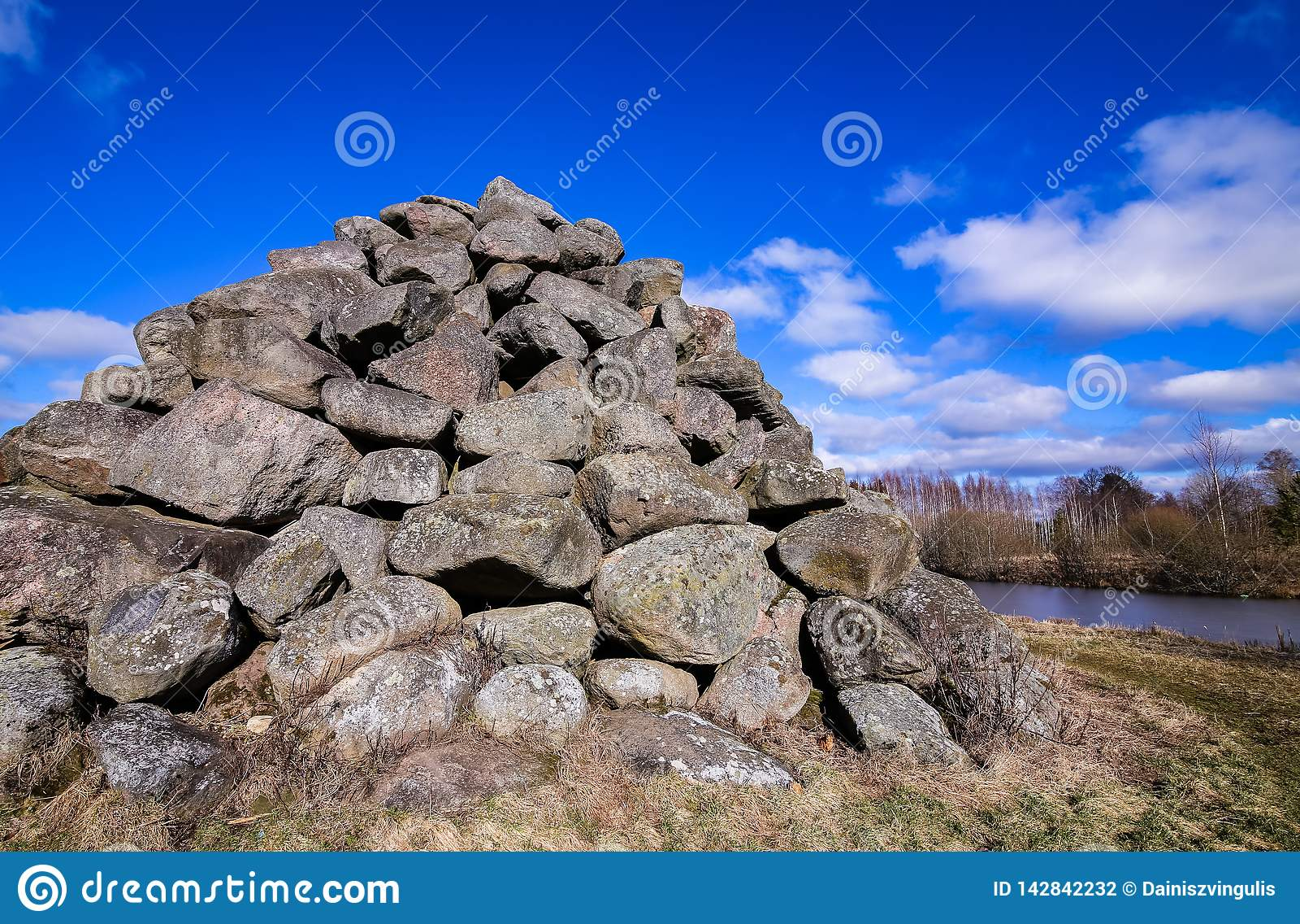 Una piramide fatta di grandi, massi grigi