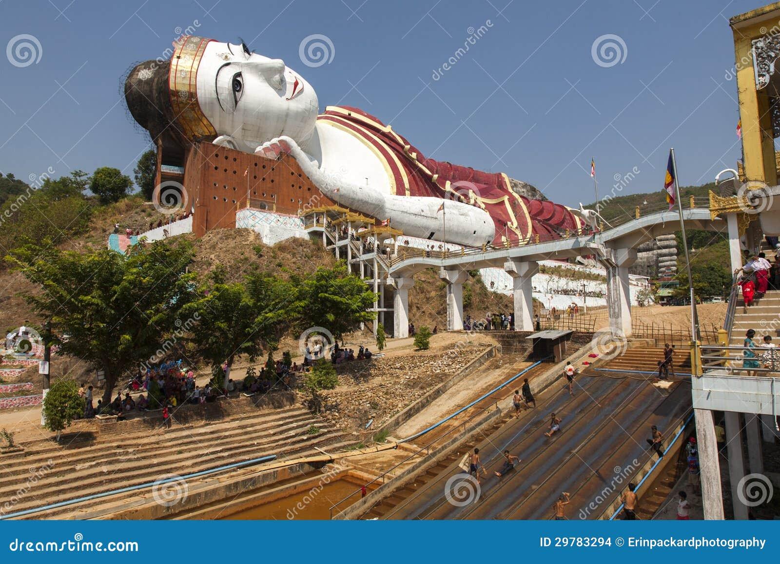 Buda gigante y reconstrucción