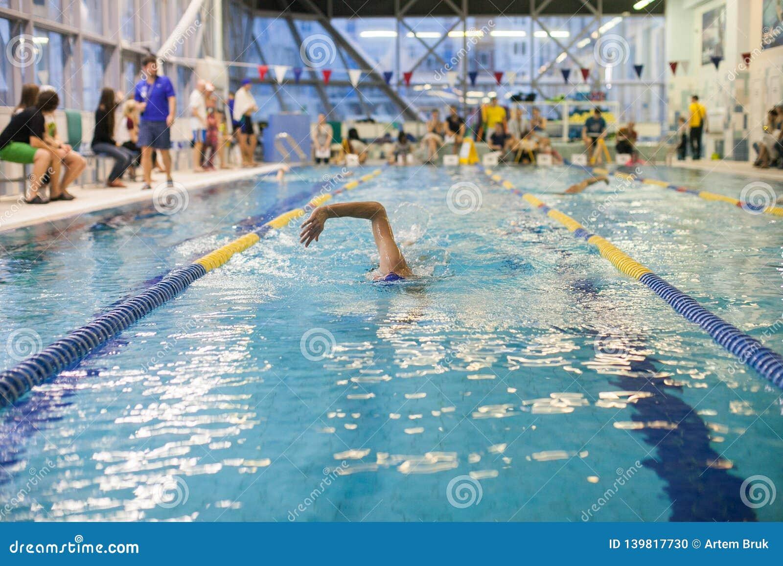 Una piscina de Swimming The Front Crawl In A del nadador