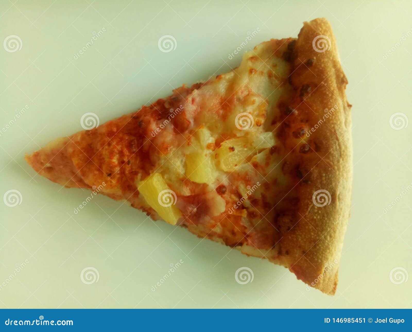 Una pizza hawaian de una pieza deliciosa