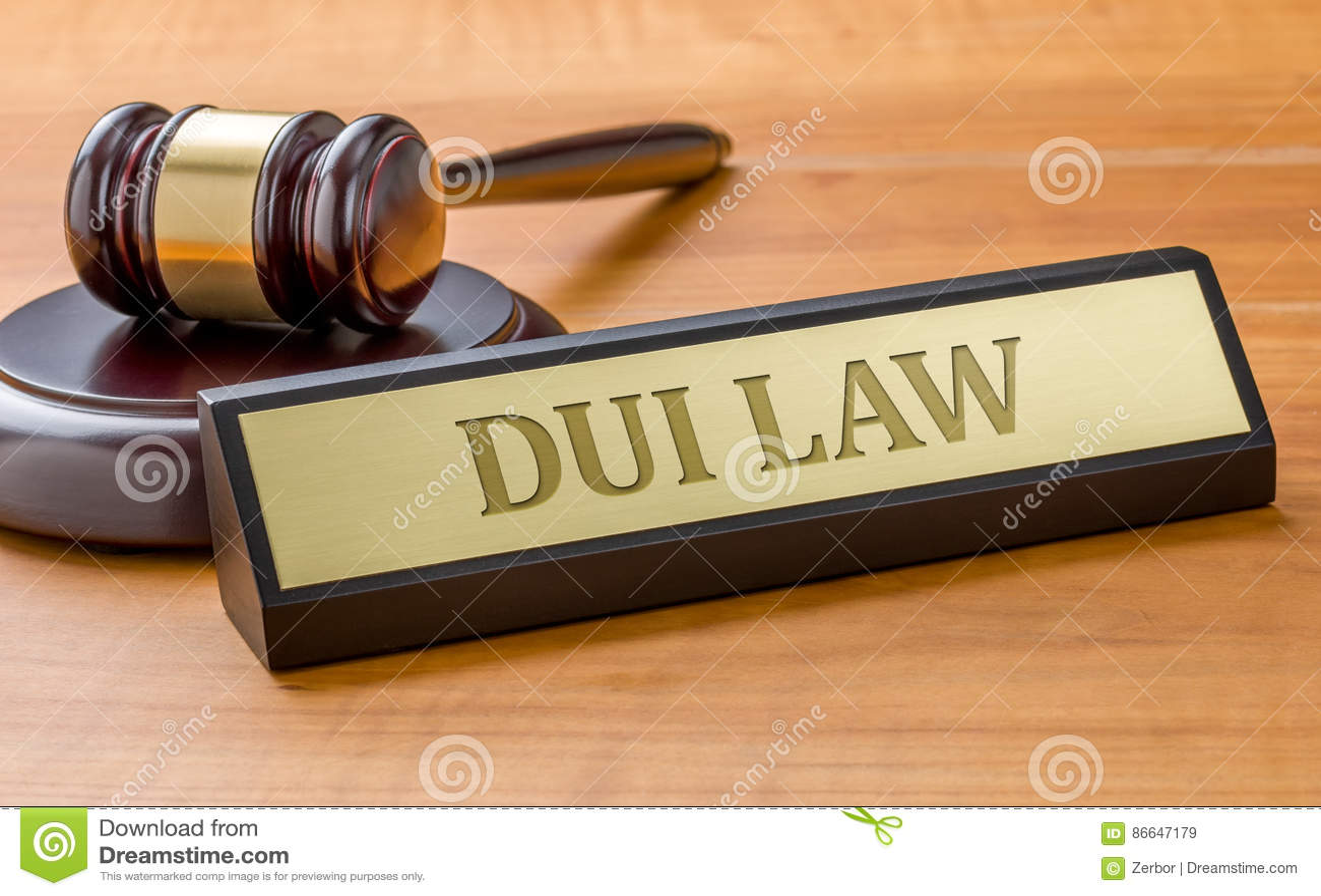Una placa de identificación con la ley de grabado del DUI