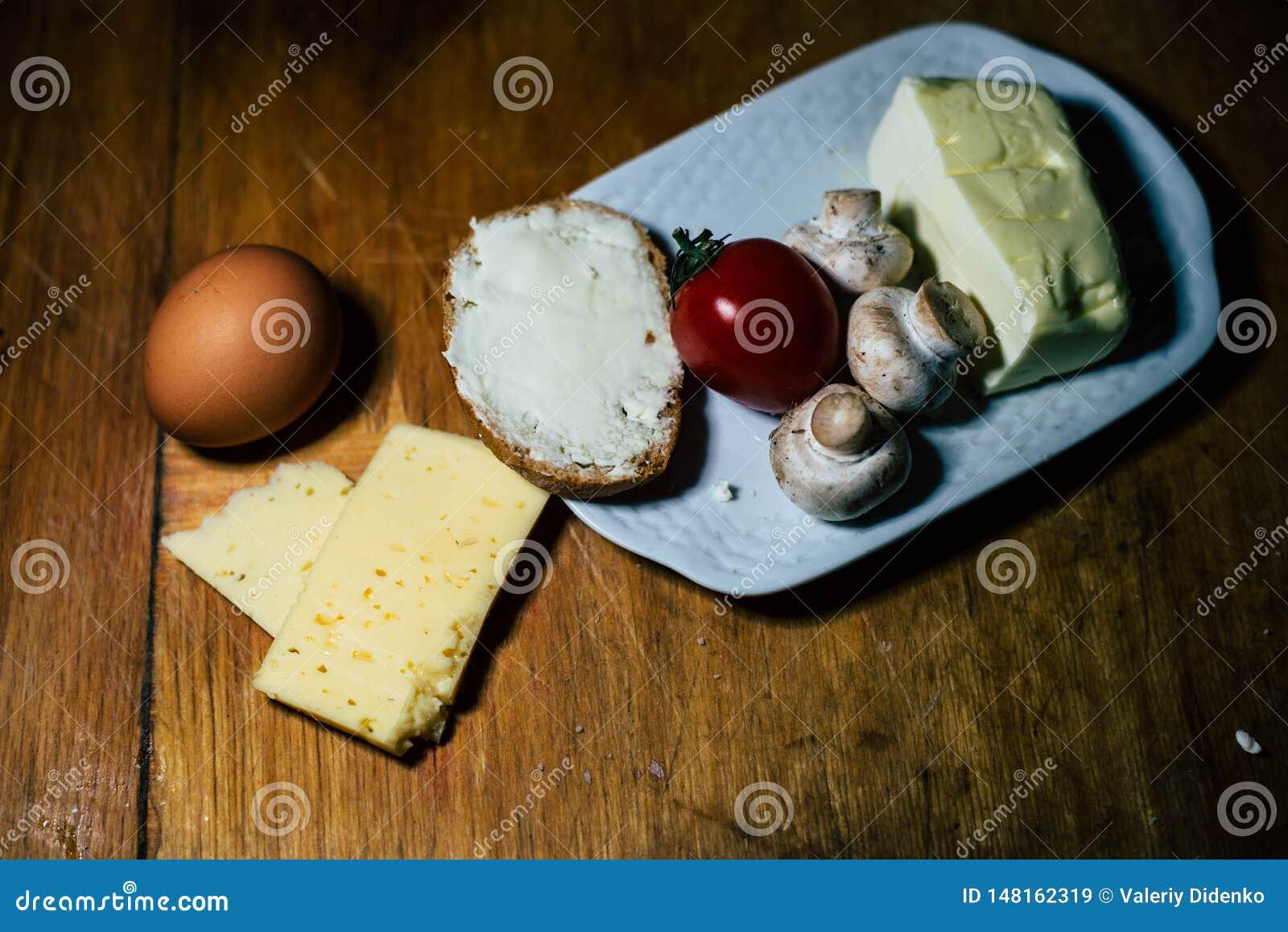 Una placa de la comida y de la carne