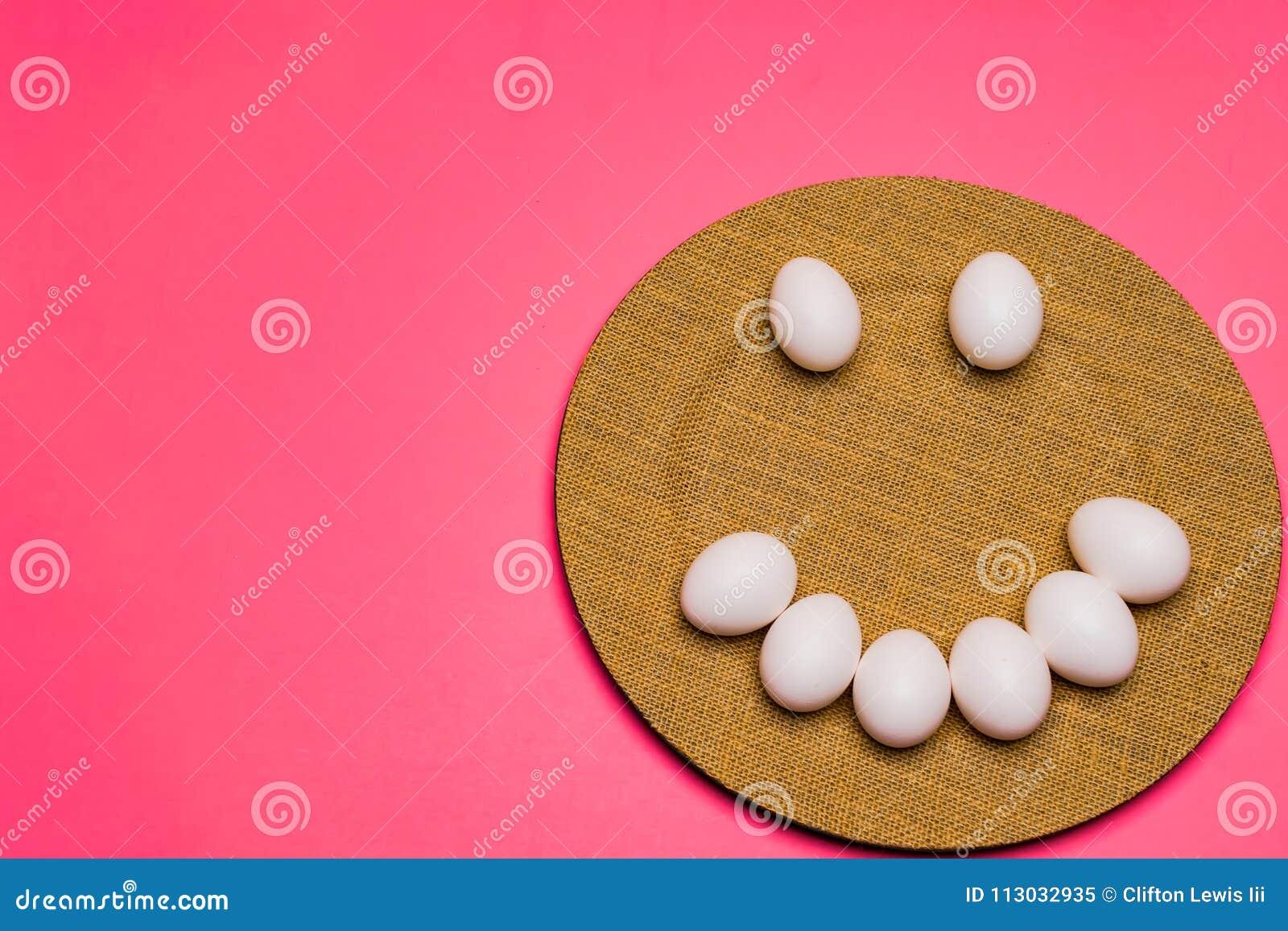 Una placa de los huevos de Pascua incoloros sonrientes